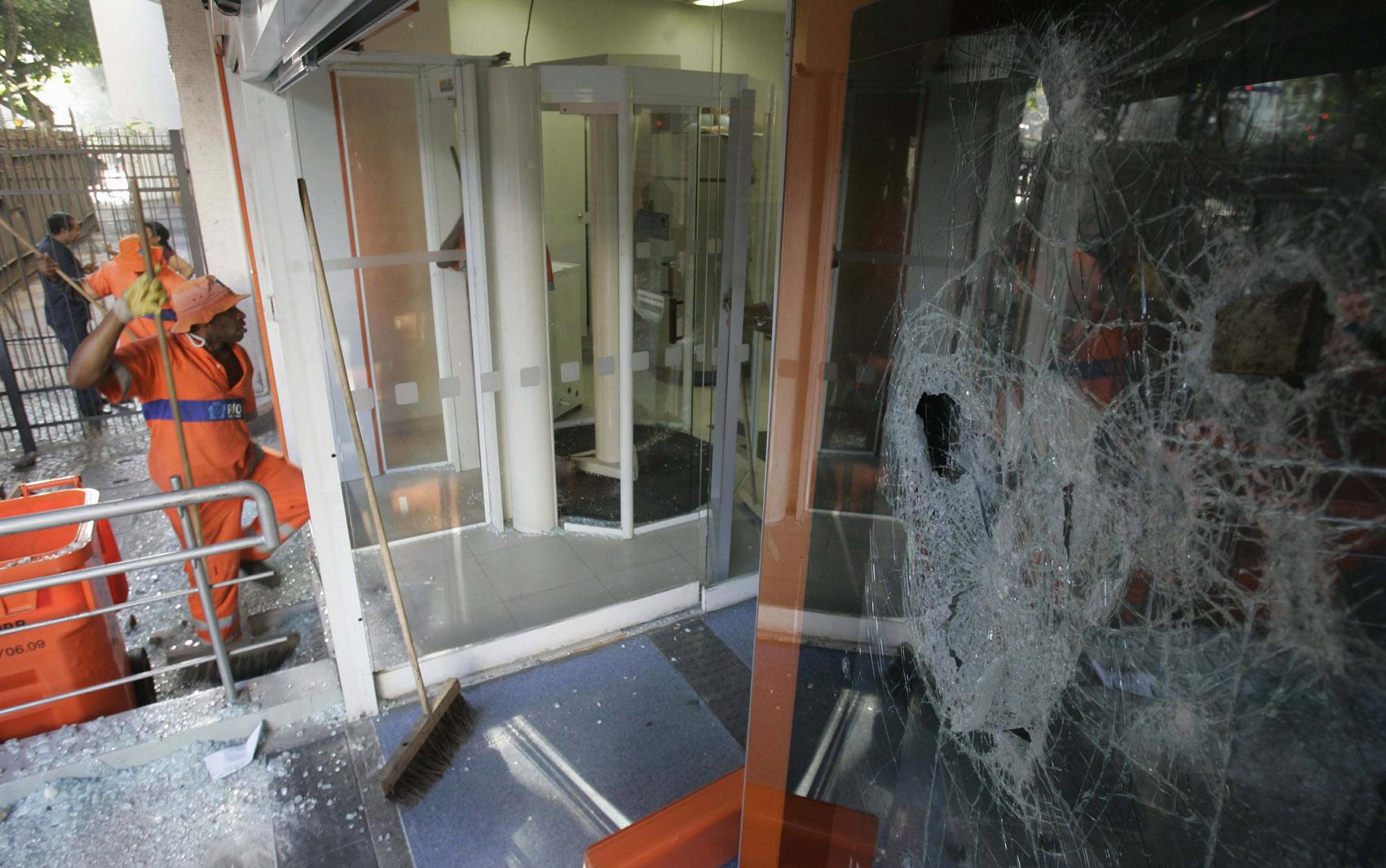 18/8 - Agência bancária depredada durante protesto no Leblon, no Rio de Janeiro