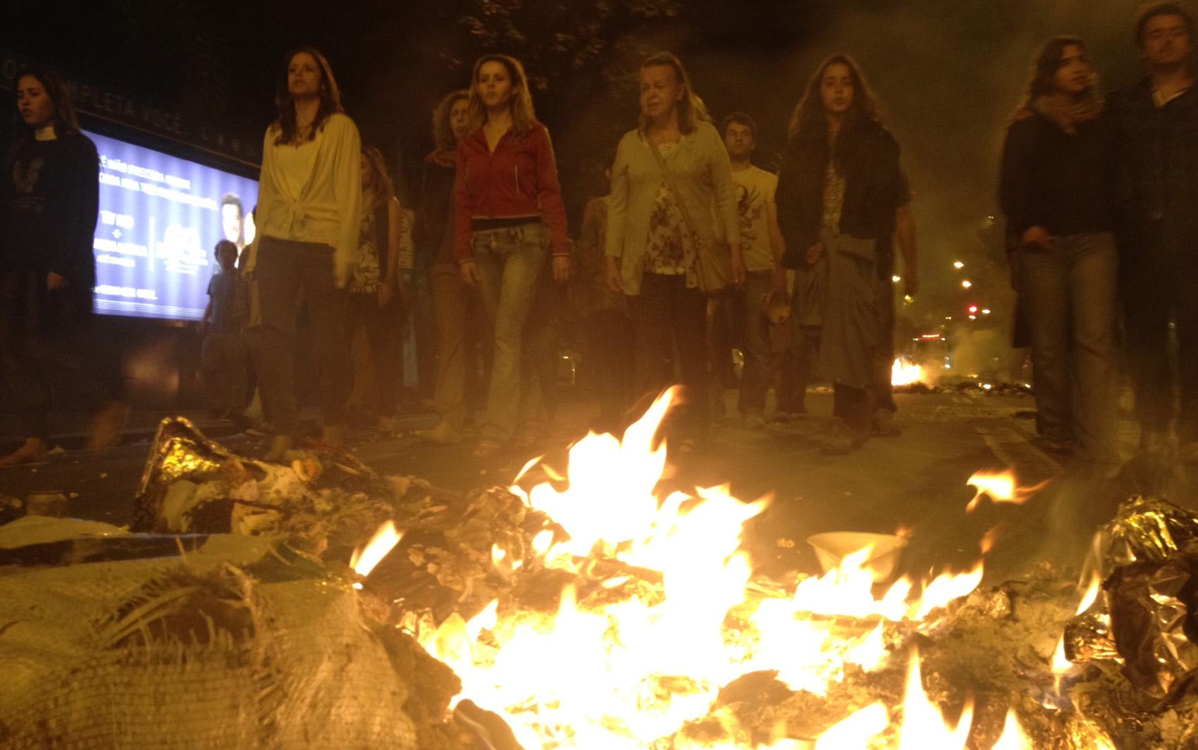 Ao final dos confrontos, ONG Paz Sem Fronteiras desfilou pelas ruas do Leblon