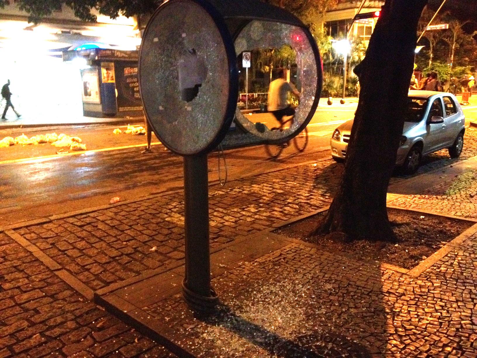 Orelhão é destruído por manifestantes na Avenida Ataulfo de Paiva