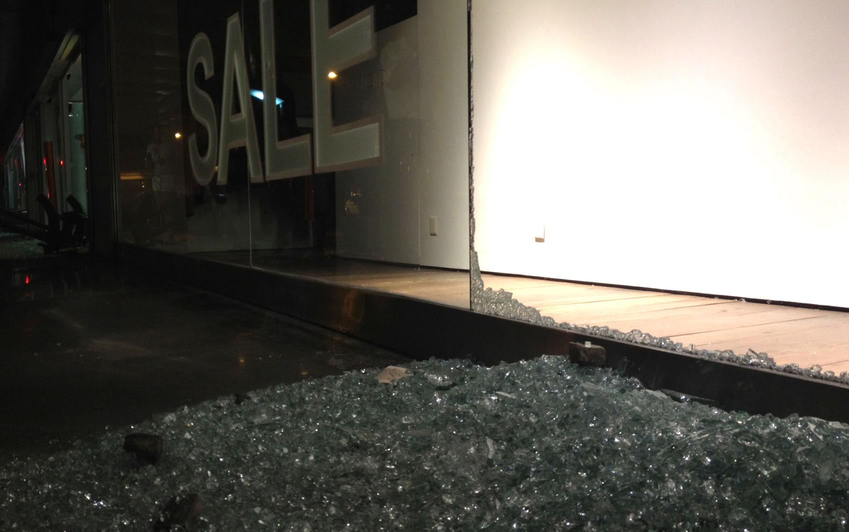 Shopping Rio Design tem vidro quebrado
