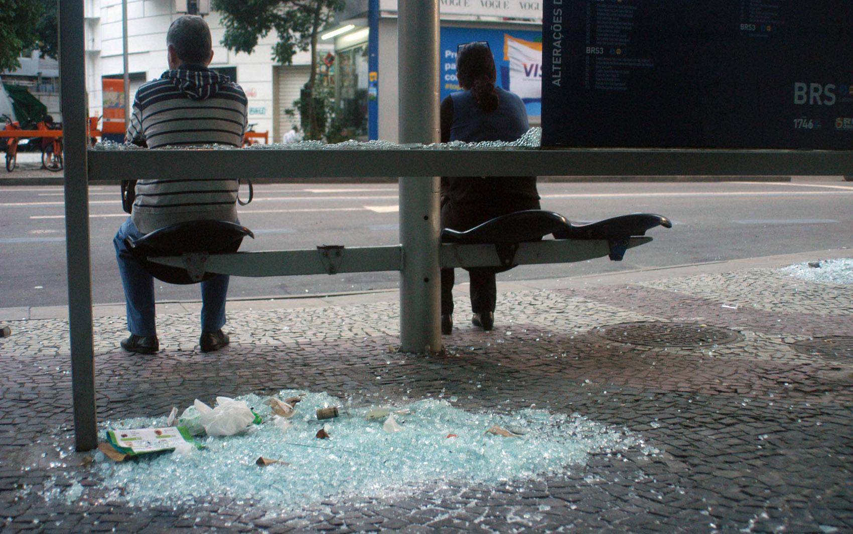 18/8 - Ponto de ônibus depredado após protesto e destruição no Rio de Janeiro.