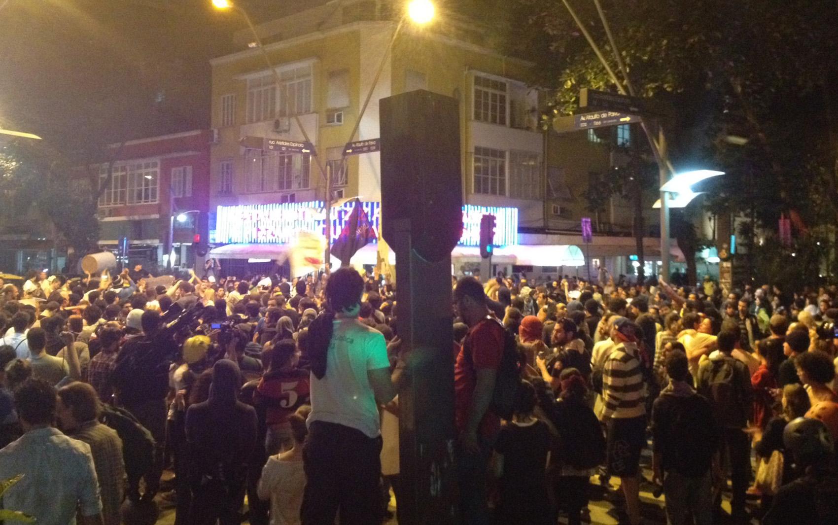 Minutos antes do confronto, esquinas das ruas Aristides Espínola e Ataulfo de Paiva estavam repletas de manifestantes