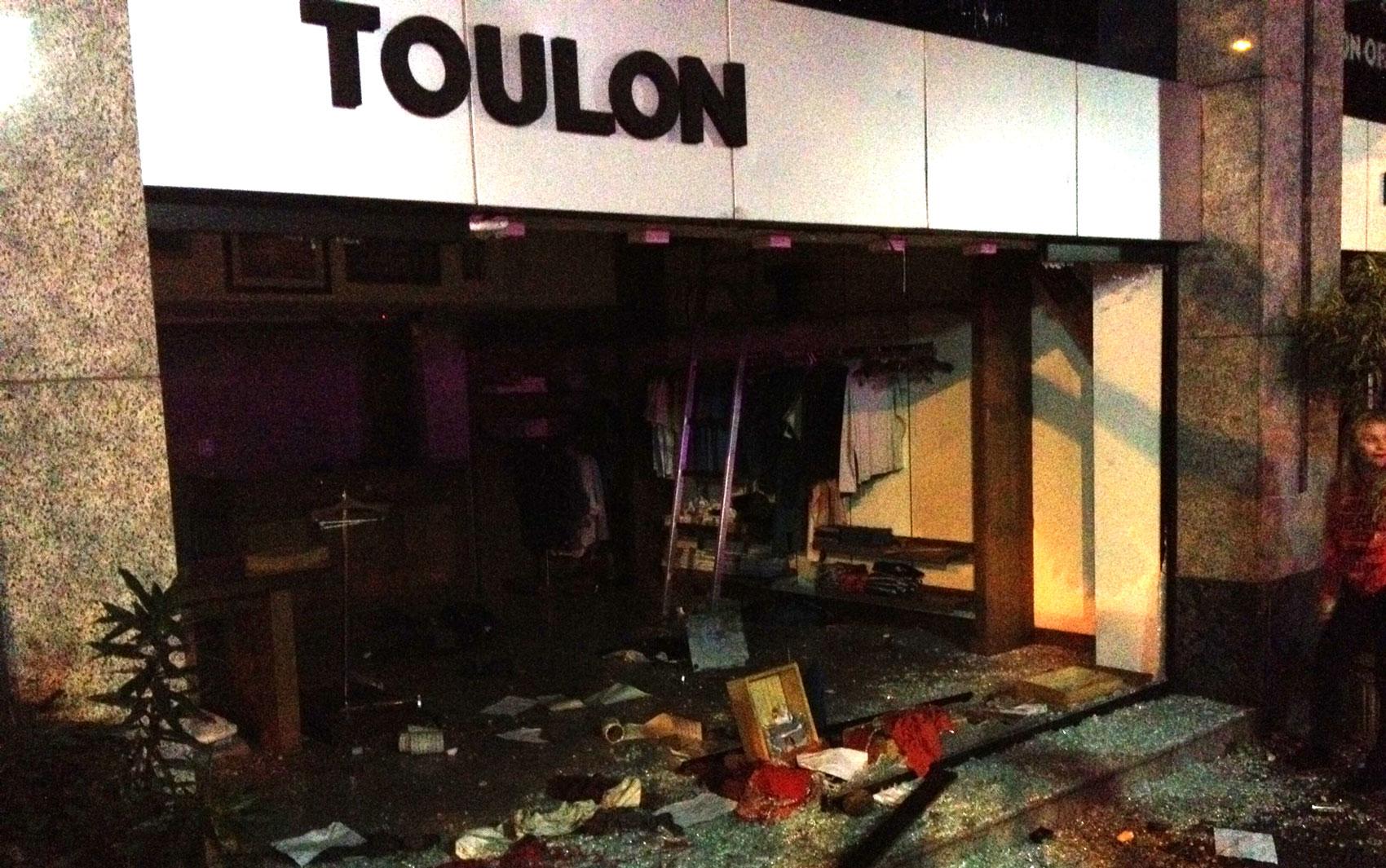 Loja de roupas Toulon tem vitrine quebrada e é saqueada