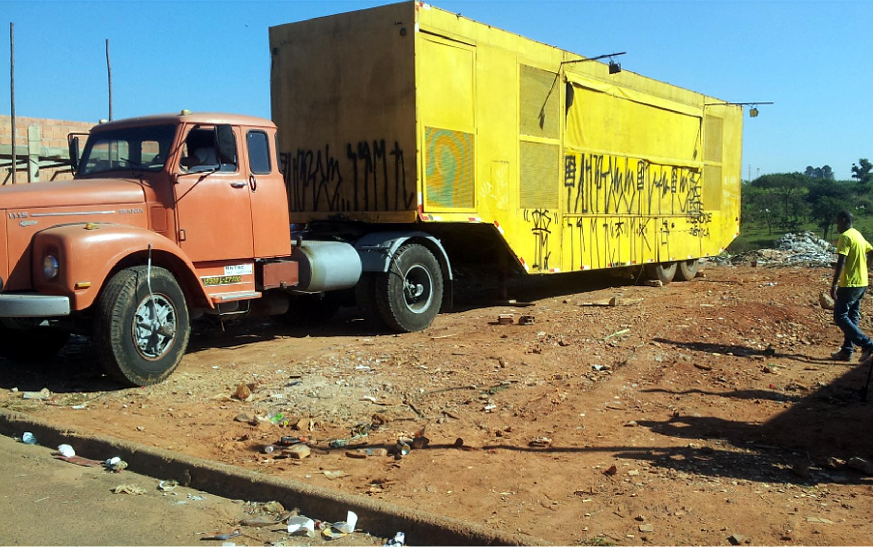 Carreta transporta trailer onde o MC Daleste se apresentou pela última vez