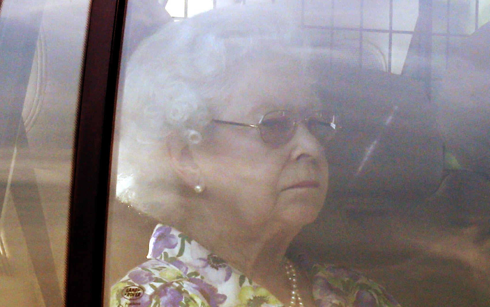 22/7 - A rainha Elizabeth II é vista retornando ao Palácio de Buckingham, em Londres. O palácio fica próximo ao Hospital St. Mary's, aonde Kate foi levada para dar à luz