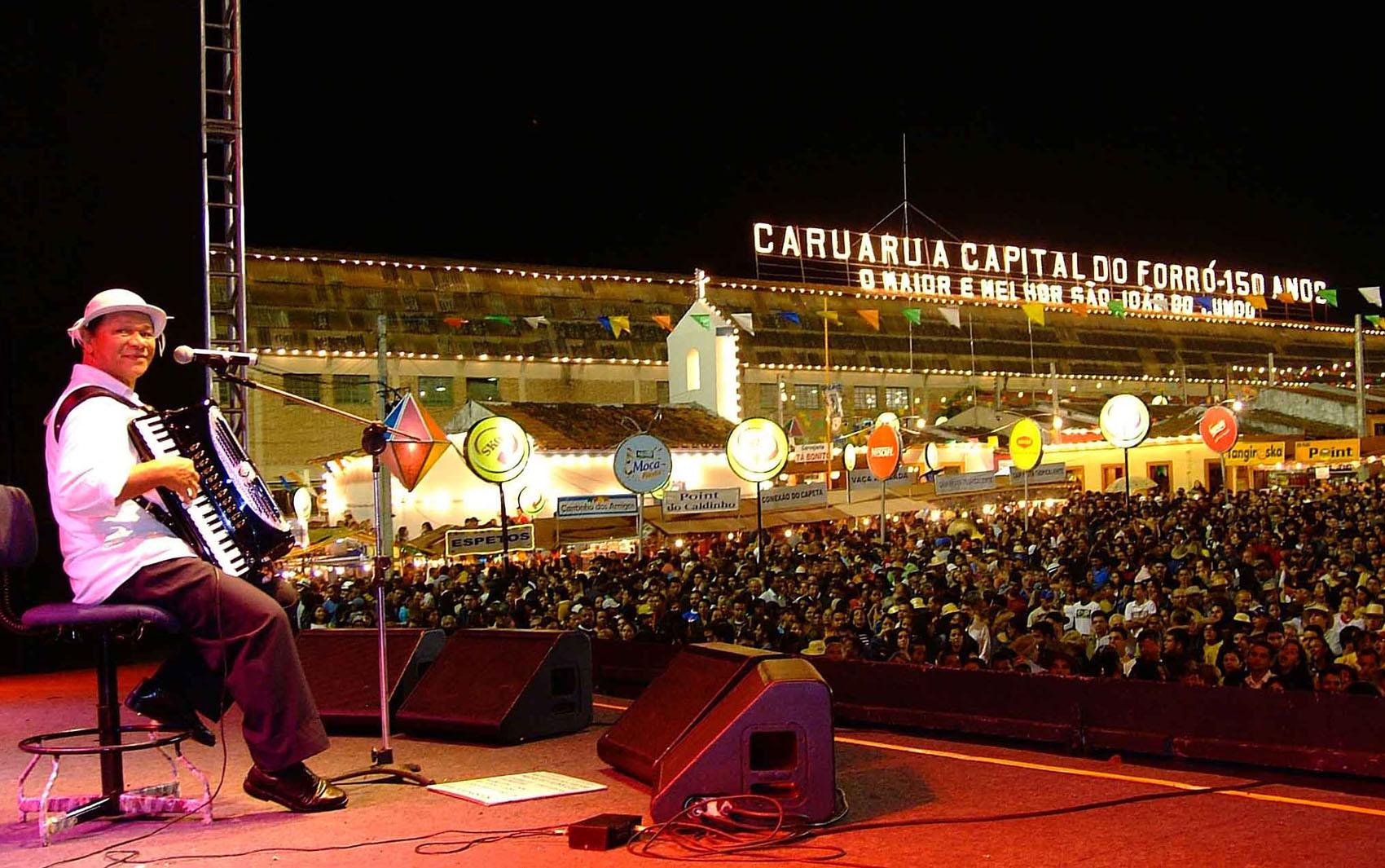 O cantor e compositor Dominguinhos durante show na festa de São João em Caruaru (PE)