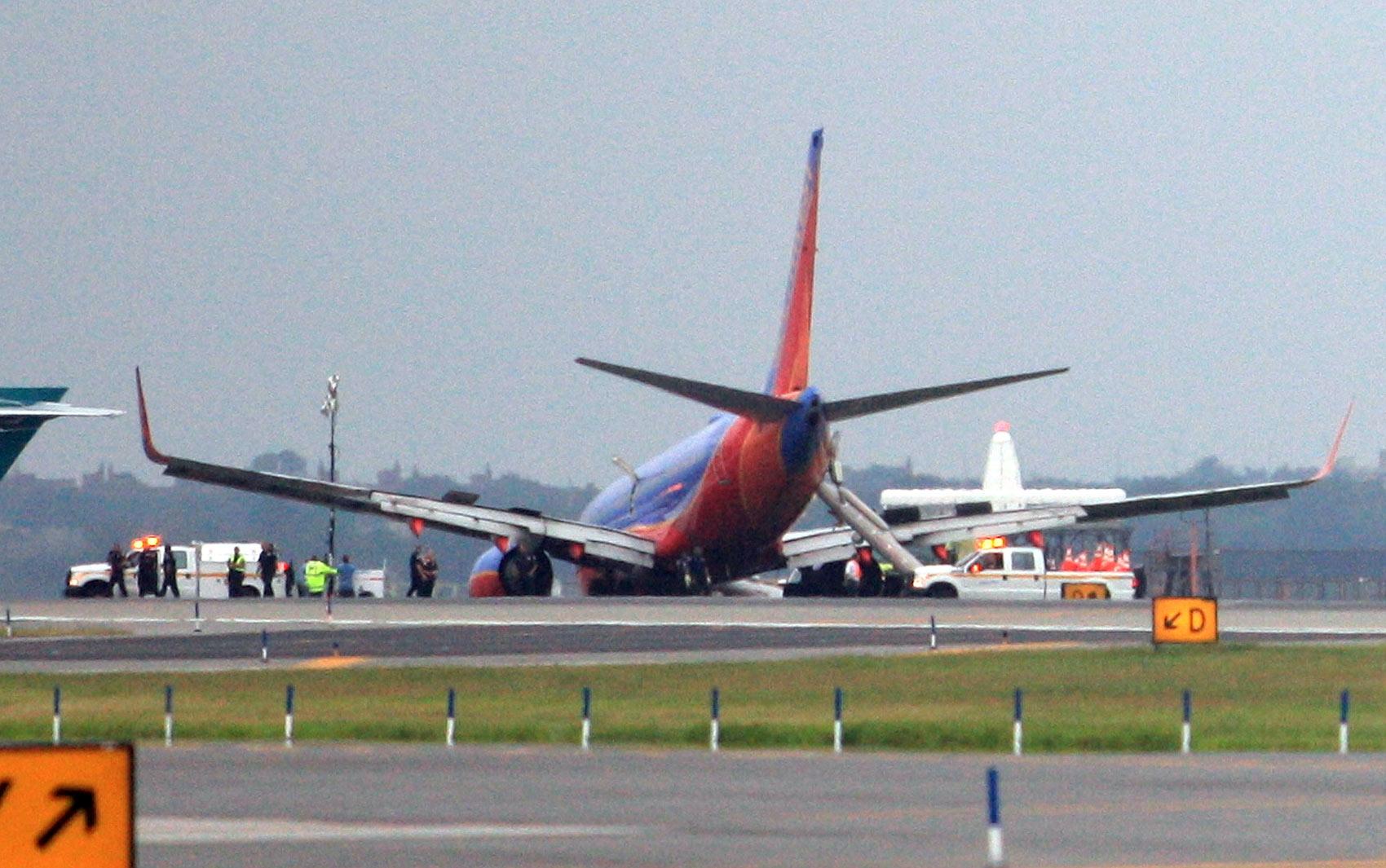 Aterrissagem de aeronave sem trem de pouso deixa feridos em LaGuardia.