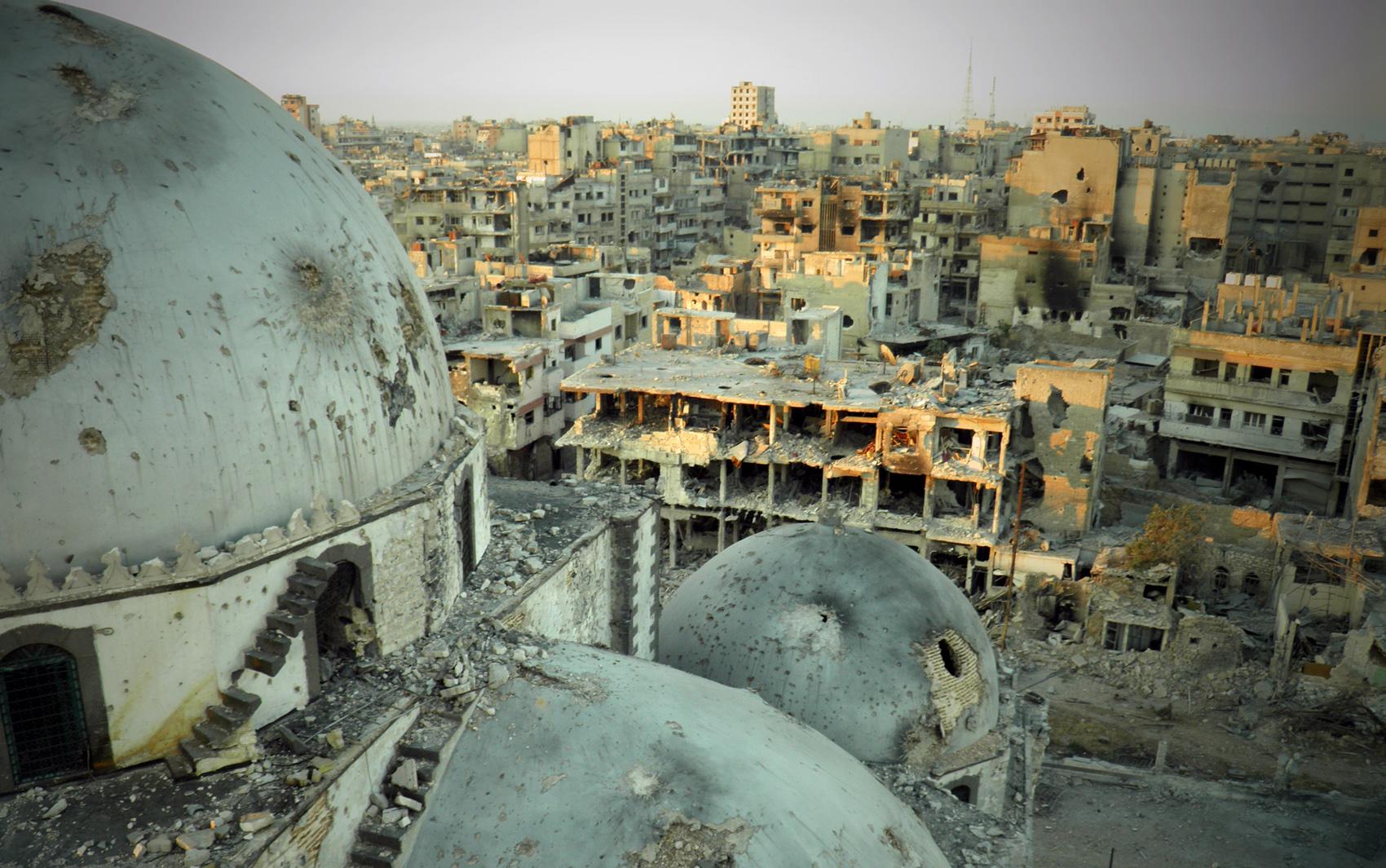 Imagem divulgada por opositores sírios mostra destruição da cidade de Homs e da mesquita Khaled bin Walid
