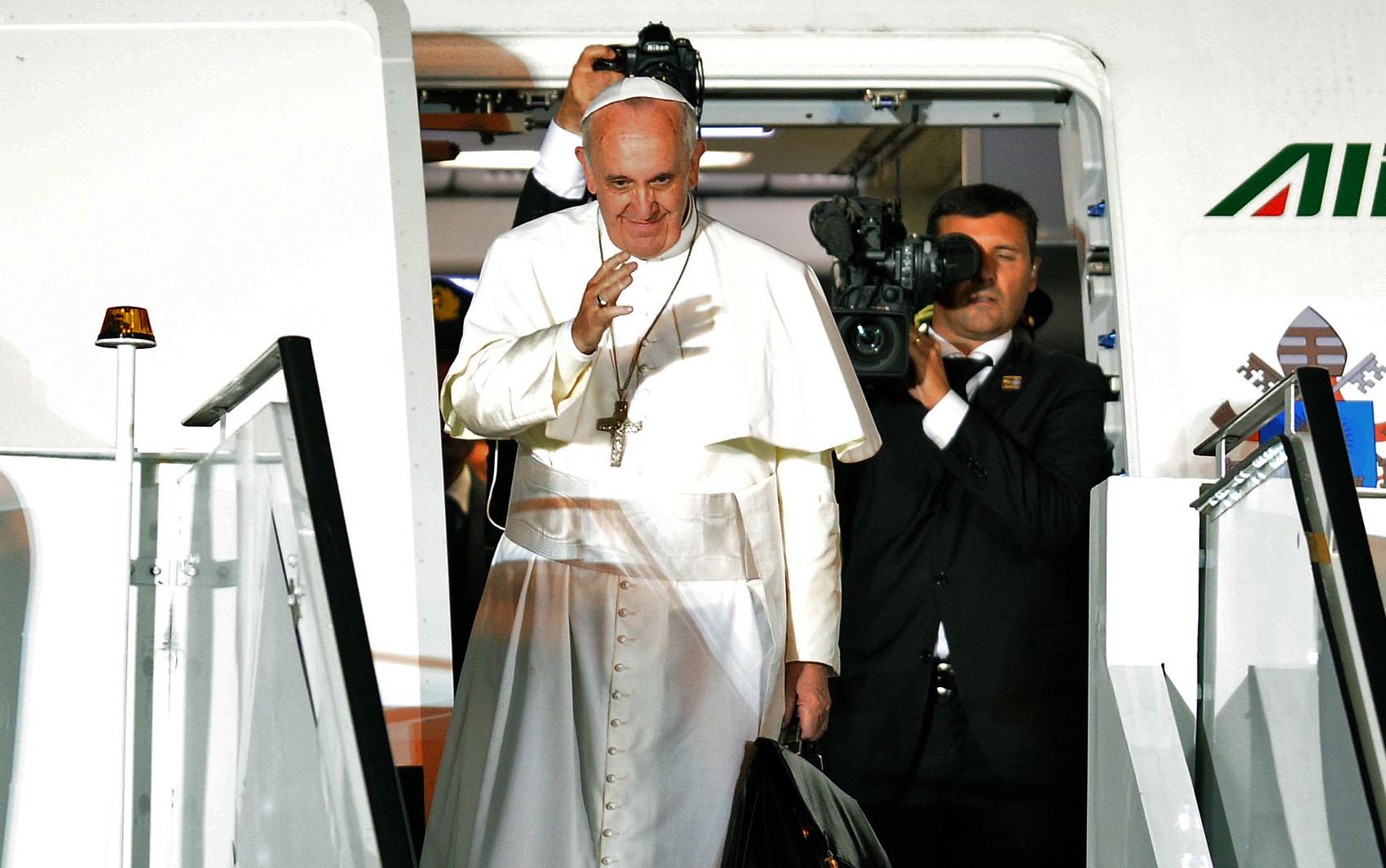 28/7 - Papa Francisco se despeda antes de embarcar de volta para o Vaticano