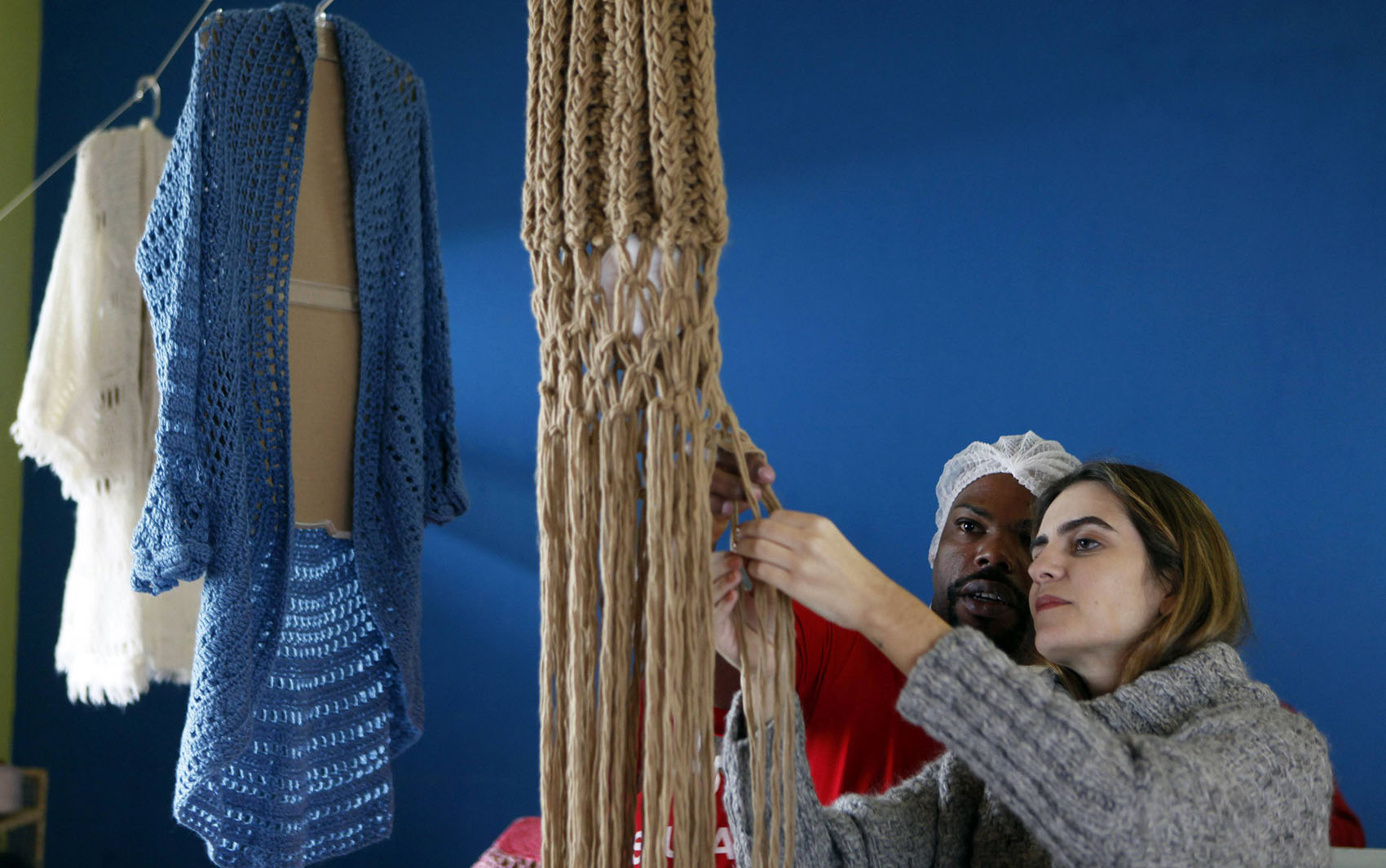 A estilista Raquel Guimarães supervisiona o tricô feito por um preso em Juiz de Fora.