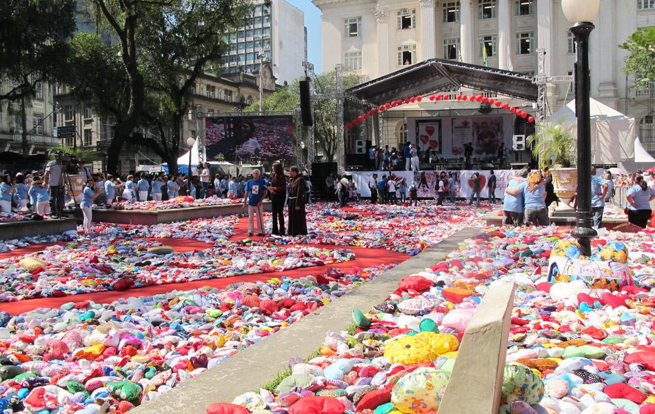 Praça Mauá, em Santos, antes da distribuição dos corações