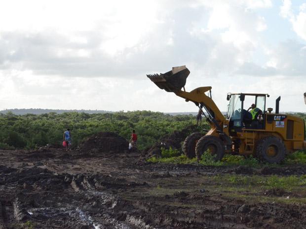 Um trator ajuda no trabalho de despejo dos resíduos no local onde as crianças catam pedaços de cobre no Lixão do Roger, em João Pessoa.