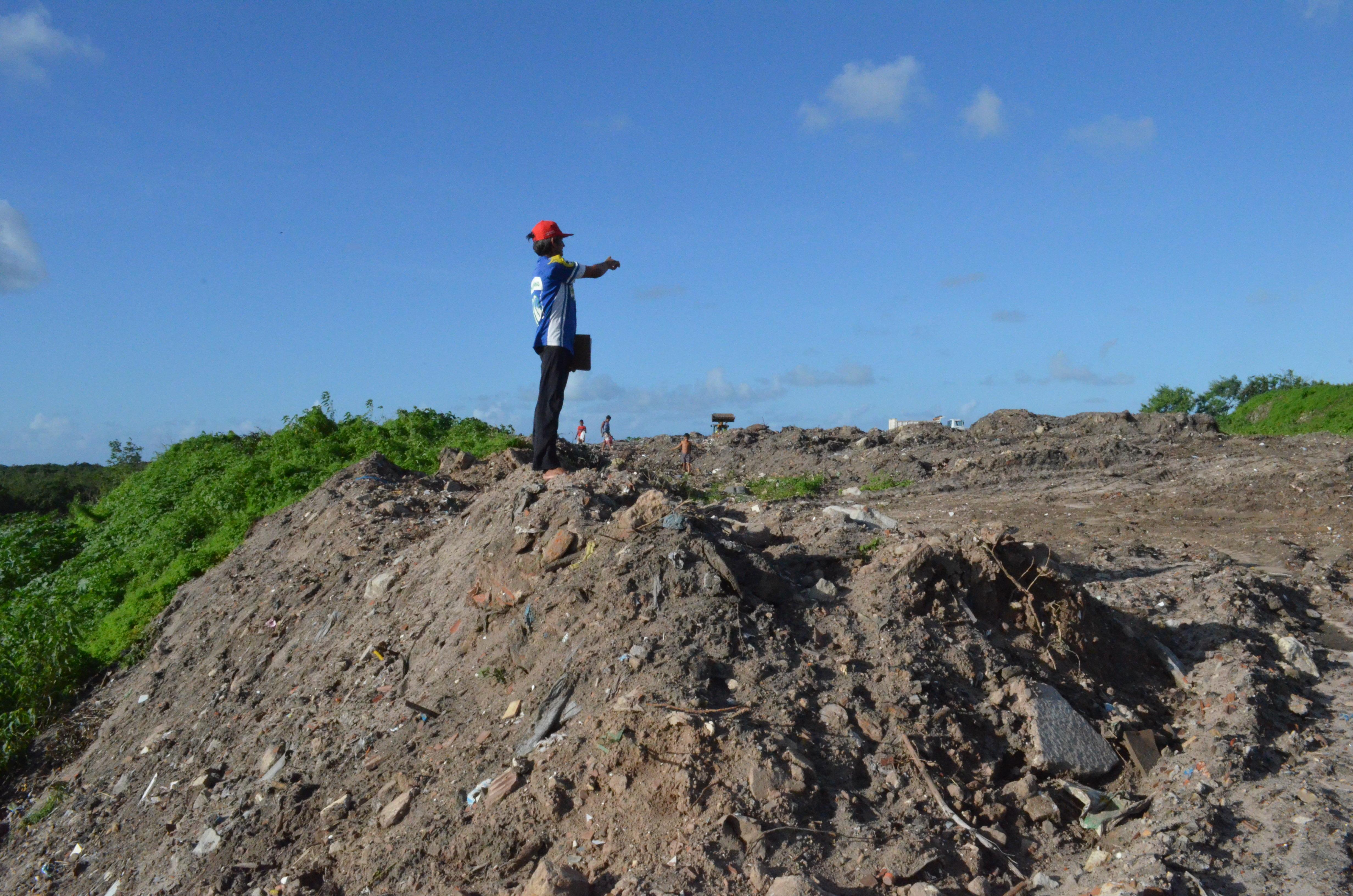 Maranhão mostra o lugar onde os novos resíduos estão sendo depositados no Lixão do Roger, em João Pessoa.