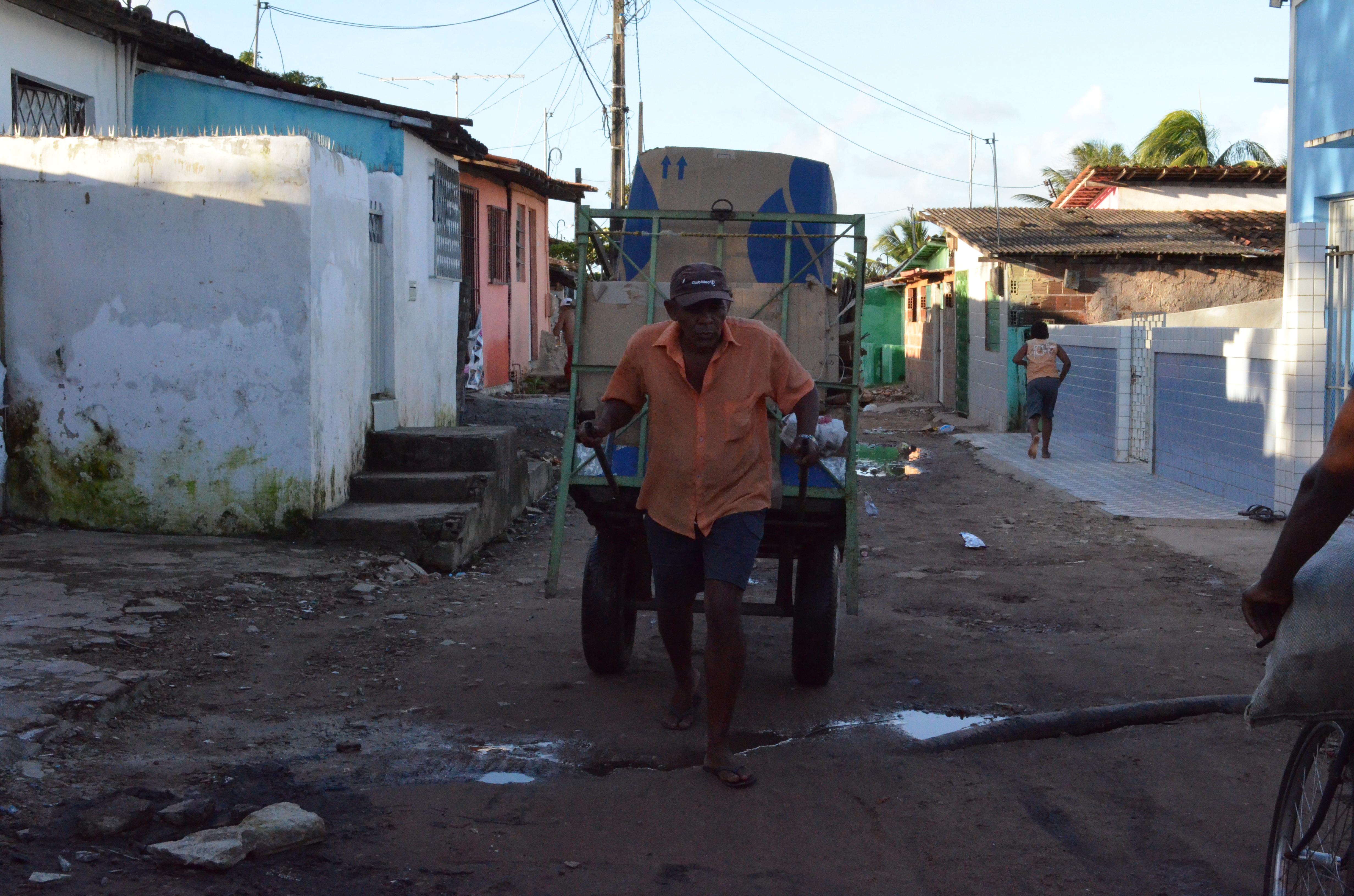 O catador José Gomes de Tourinho, de 55 anos, mora nas margens do Lixão do Roger, em João Pessoa, desde que tinha 7 anos.