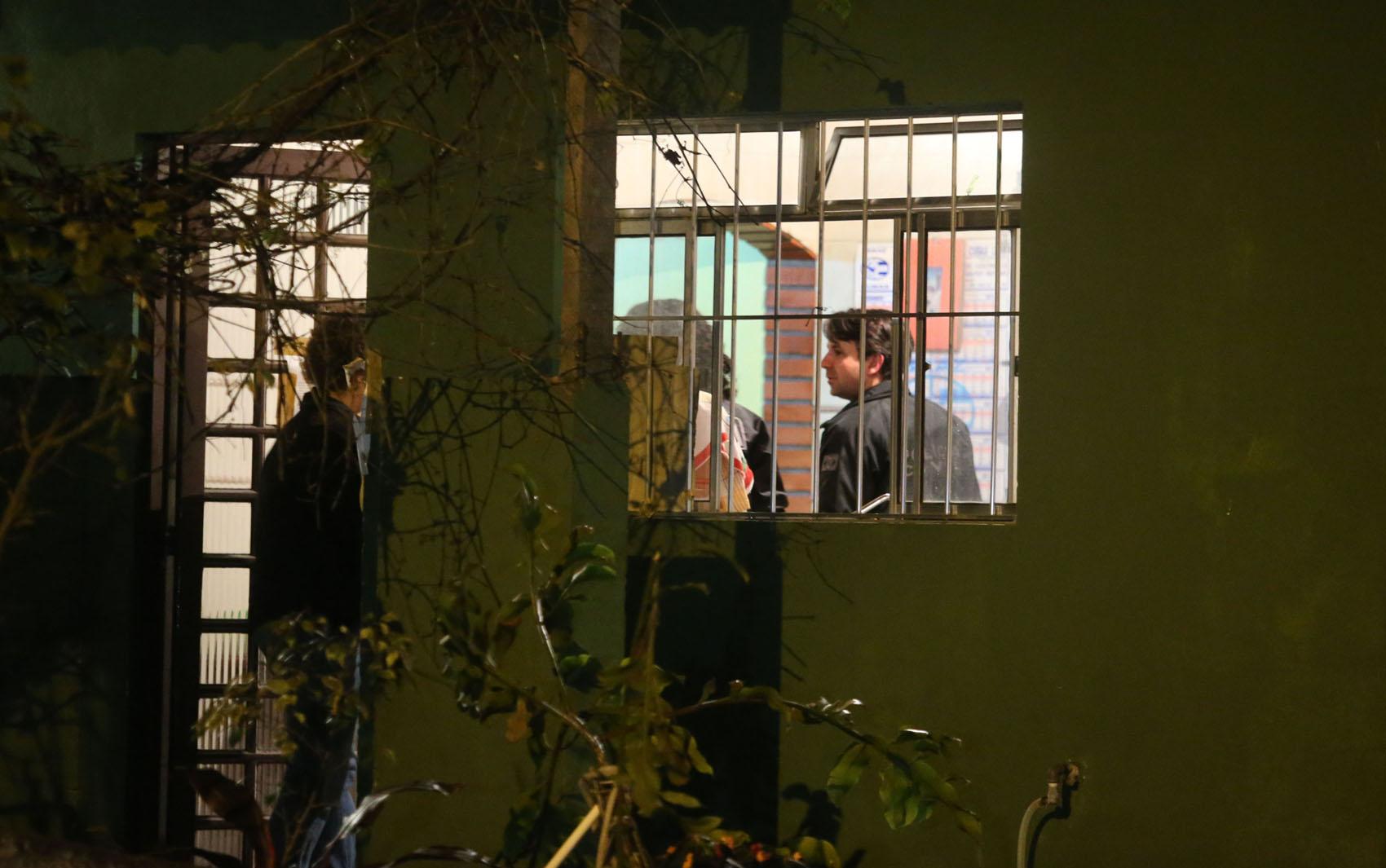 Peritos dentro de casa na zona norte de São Paulo, onde um sargento da Rota, sua mulher, cabo da PM, o filho de 13 anos e outros dois parentes foram encontrados mortos a tiros dentro da casa