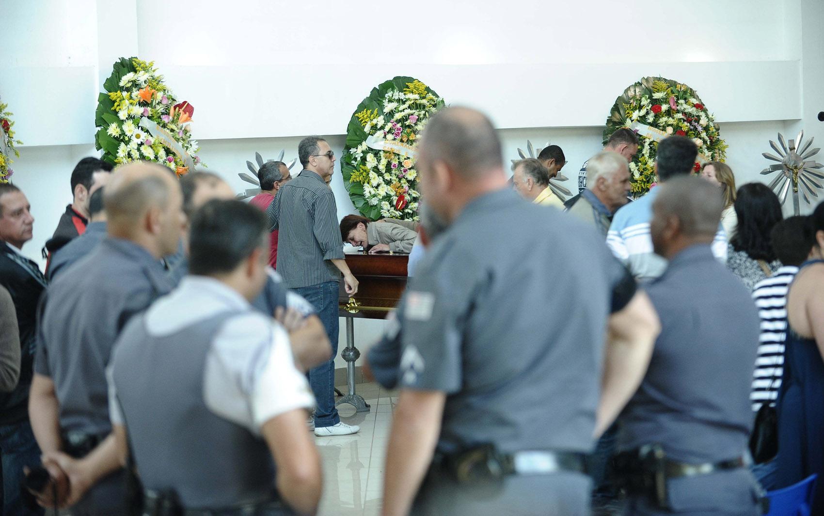 Movimentação no velório do casal de policiais militares e de seus familiares no Cemitério Gethsemani, em São Paulo, na tarde desta terça-feira (06)
