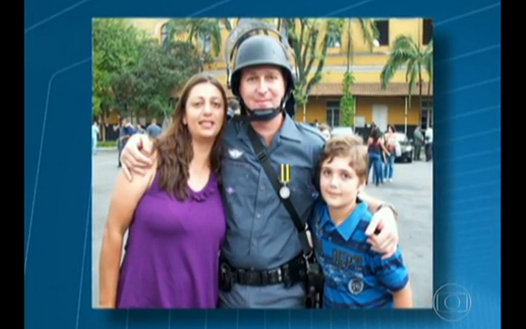 Fotografia mostra o casal de policiais militares Andréia Regina Bovo Pesseghini, de 36 anos, e Luís Marcelo Pesseghini, com o filho, Marcelo Pesseghini, de 13 anos