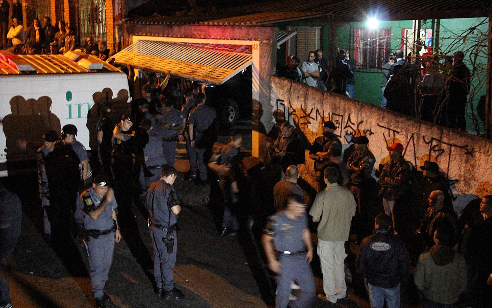 Movimentação de policiais em frente à casa da família durante a madrugada