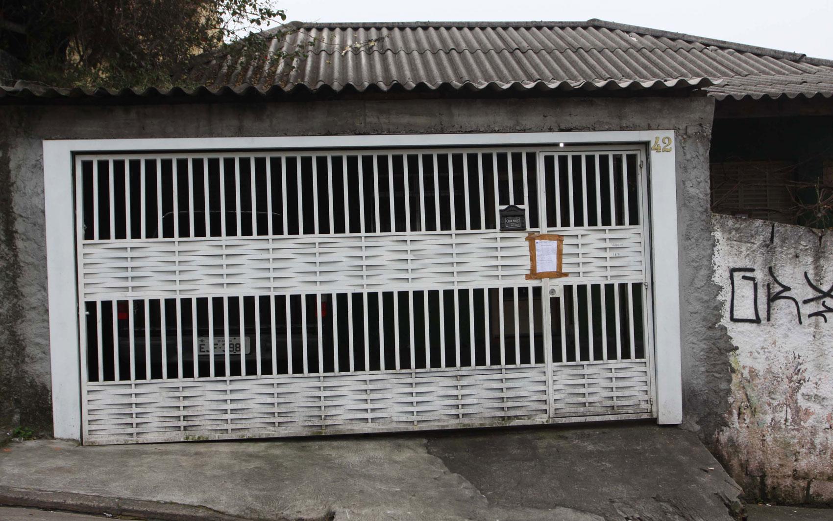 Portão da casa da família, que amanheceu lacrada na Rua Dom Sebastião, no Bairro da Brasilândia