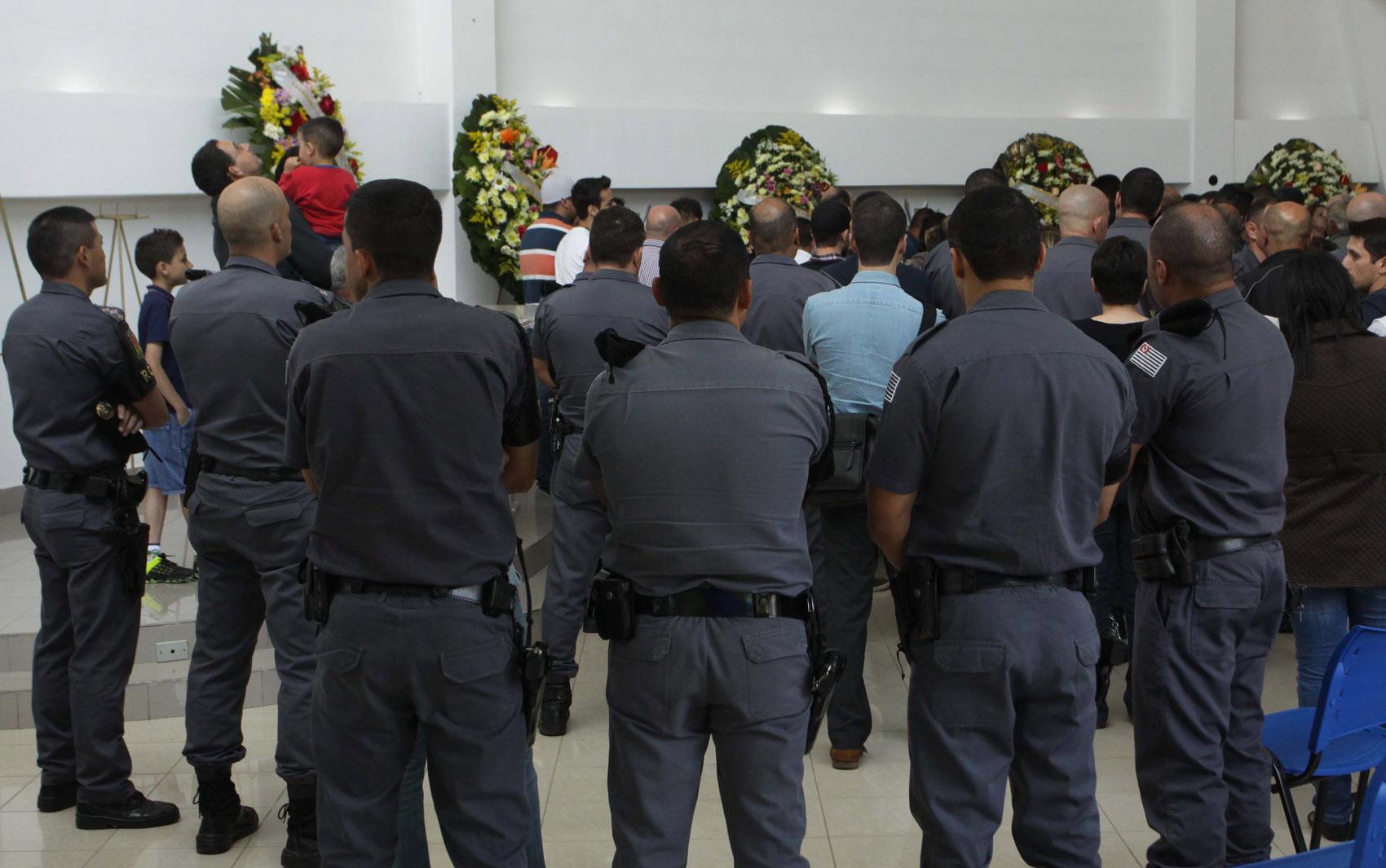 Velório do casal de policiais militares, do filho deles de 12 anos, da avó e da tia no Cemitério Gethsêmani Anhanguera em São Paulo (SP), na tarde desta terça-feira (6).