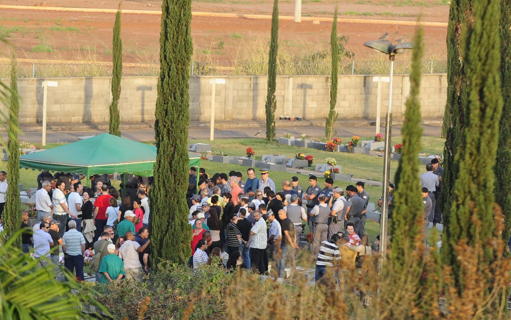 Enterro do casal de policiais mortos supostamente por seu filho no cemitério da cidade de Rio Claro (SP), nesta terça-feira (06)