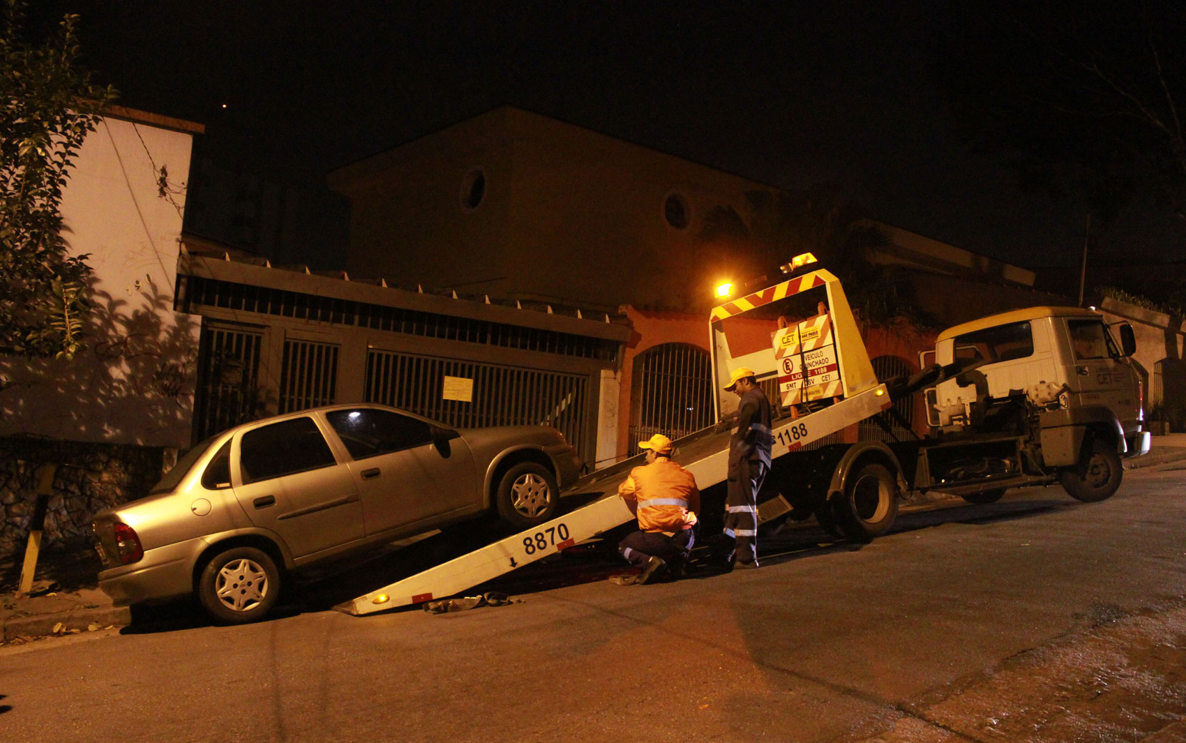 Polícia encontra e recolhe o carro do casal de policiais na Rua Professor João Machado, no bairro da Freguesia do Ó, Zona Norte da capital paulista