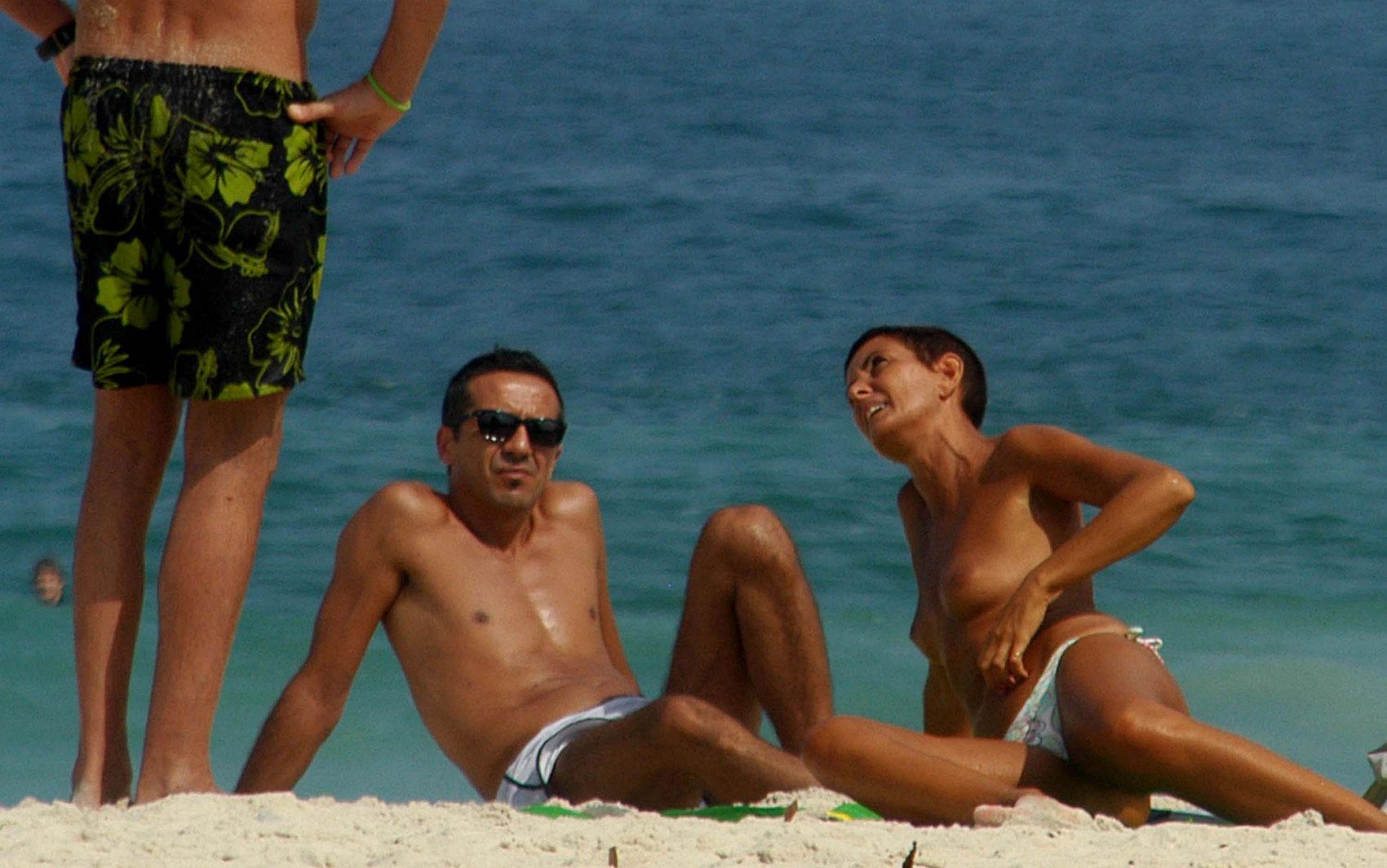 Banhista faz topless e aproveita o forte calor nesta quarta-feira (7) na praia de Ipanema. no Rio de Janeiro.