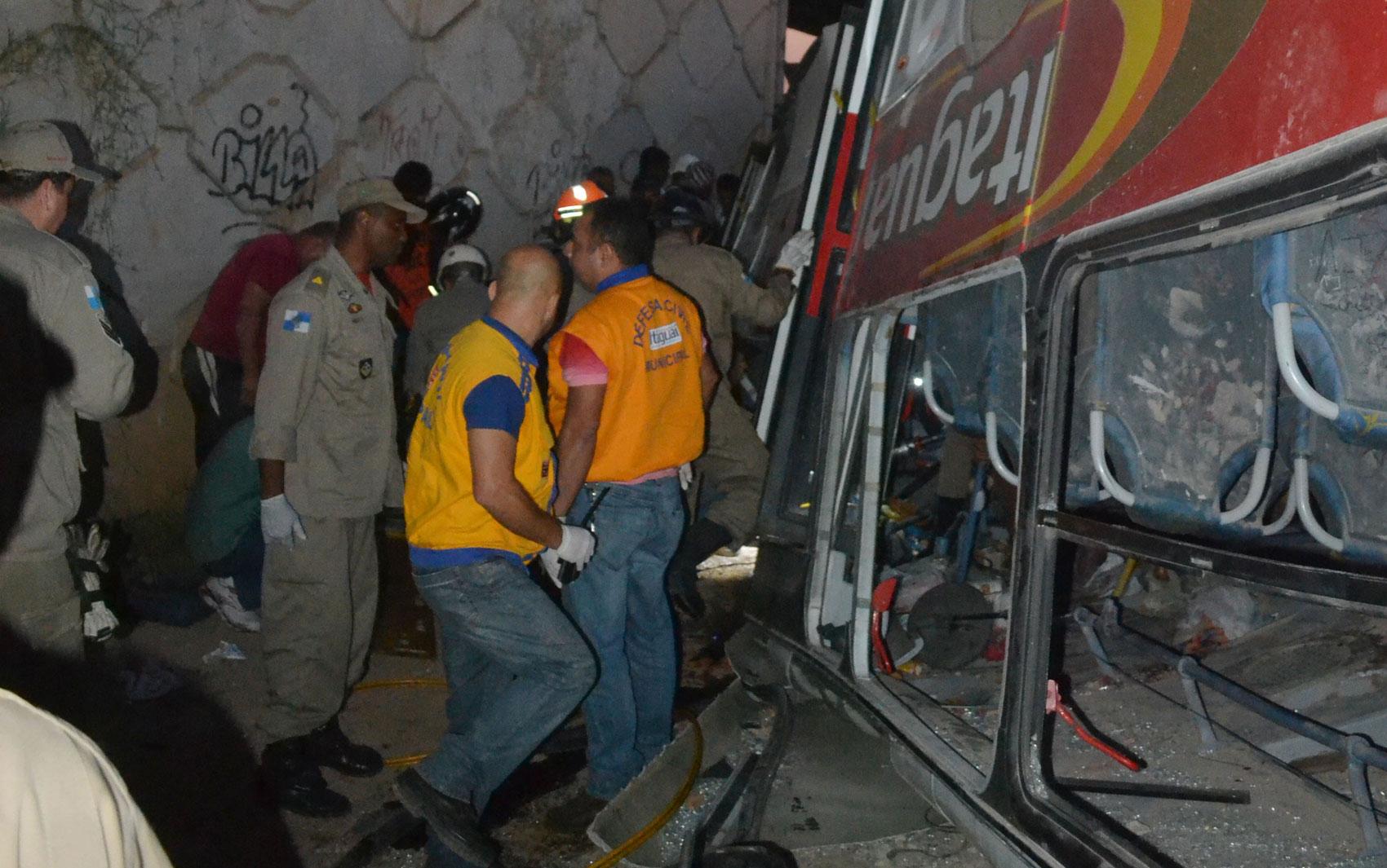 Ônibus despencou de viaduto em Itaguaí, RJ