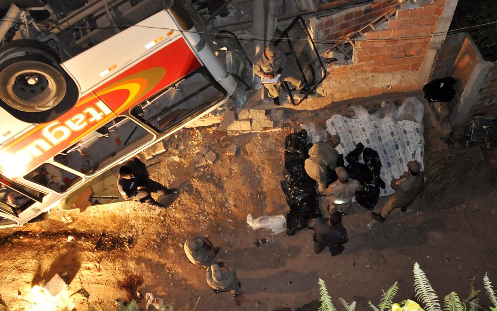 Ônibus caiu de viaduto em Itaguaí