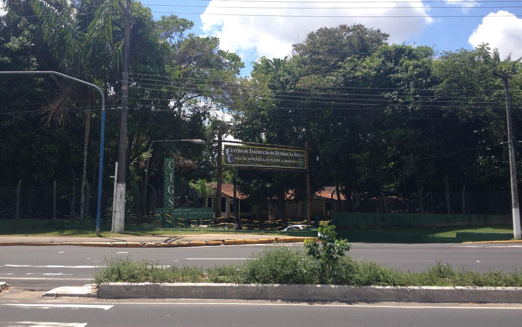 Entrada do Centro de Instrução de Guerra na Selva (CIGS), em Manaus. O símbolo do órgão militar é uma onça. A estátua do animal, no entanto, está coberta porque passa por reformas. Em 2 de março de 2014, o CIGS completará 50 anos de fundação
