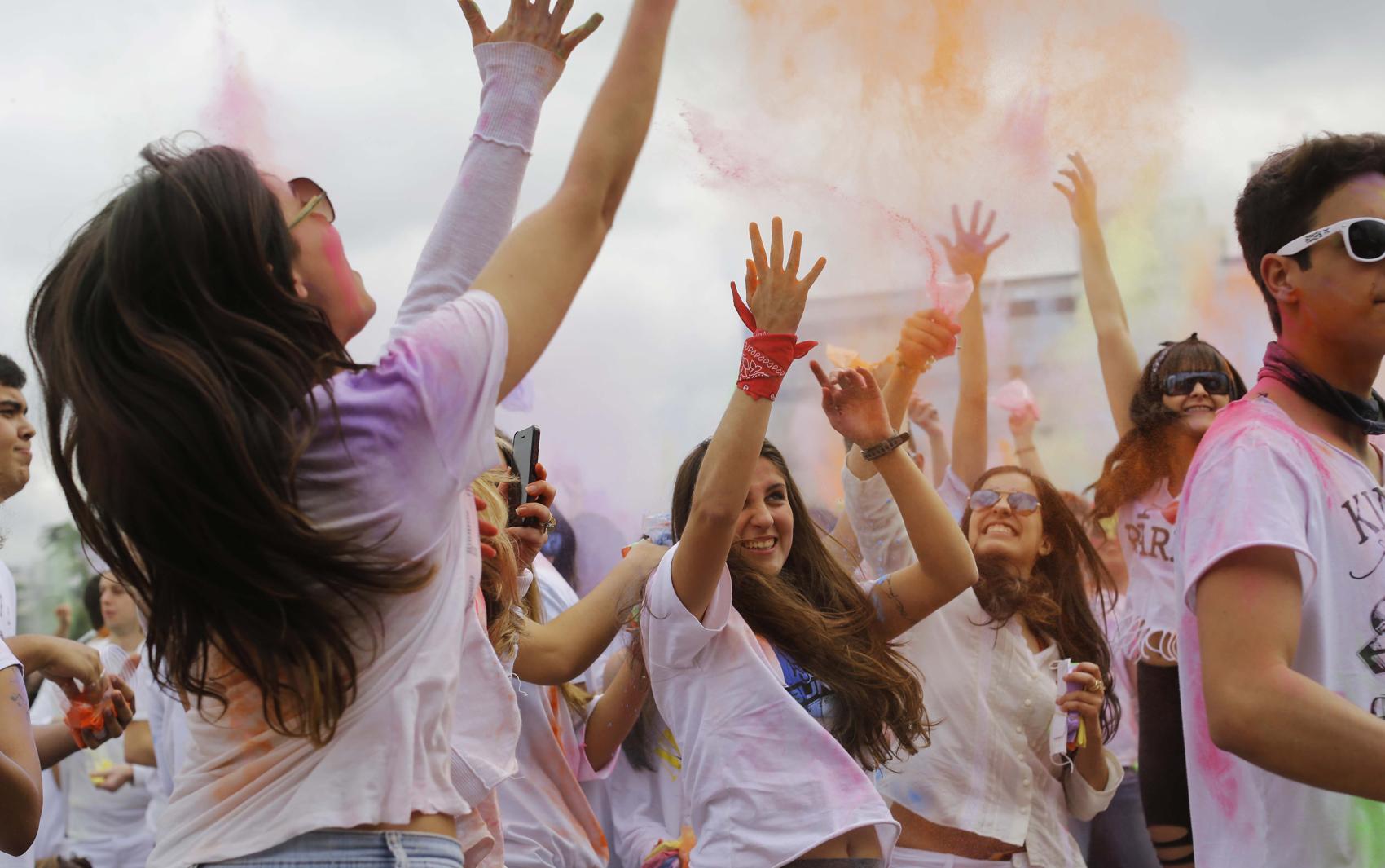 Pessoas dançam durante o festival Holi One no Memorial da America Latina na tarde deste sabado (17)
