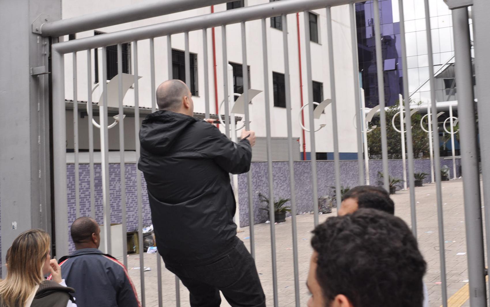 Canditado que chegou atrasado se revolta, sobe no portão e grita contra os seguranças e funcionários da OAB