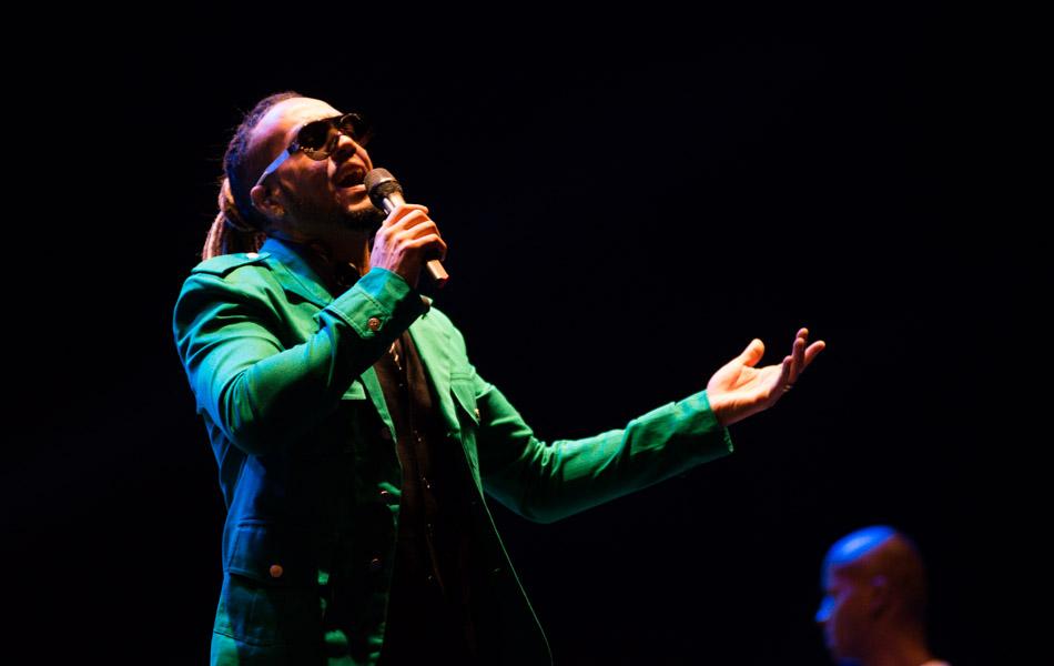O cantor Belo começou o show com uma hora e meia de atraso na noite desta terça em Barretos