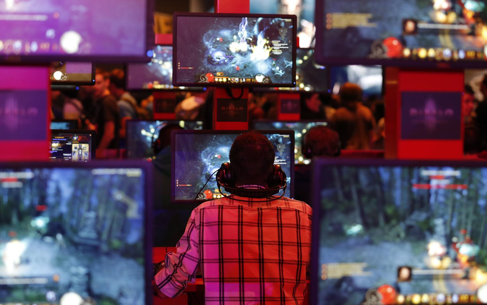 Visitante joga 'Diablo III' no estande da Blizzard na Gamescom nesta sexta-feira (23)