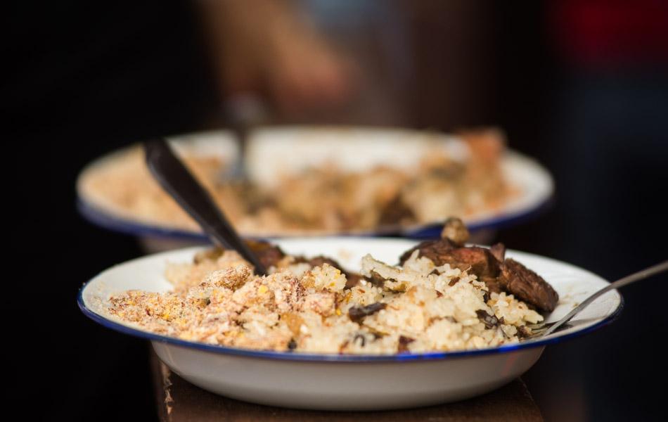 Prato da Queima do Alho completo: arroz de carreteiro, feijão tropeiro, carne e farofa de paçoca