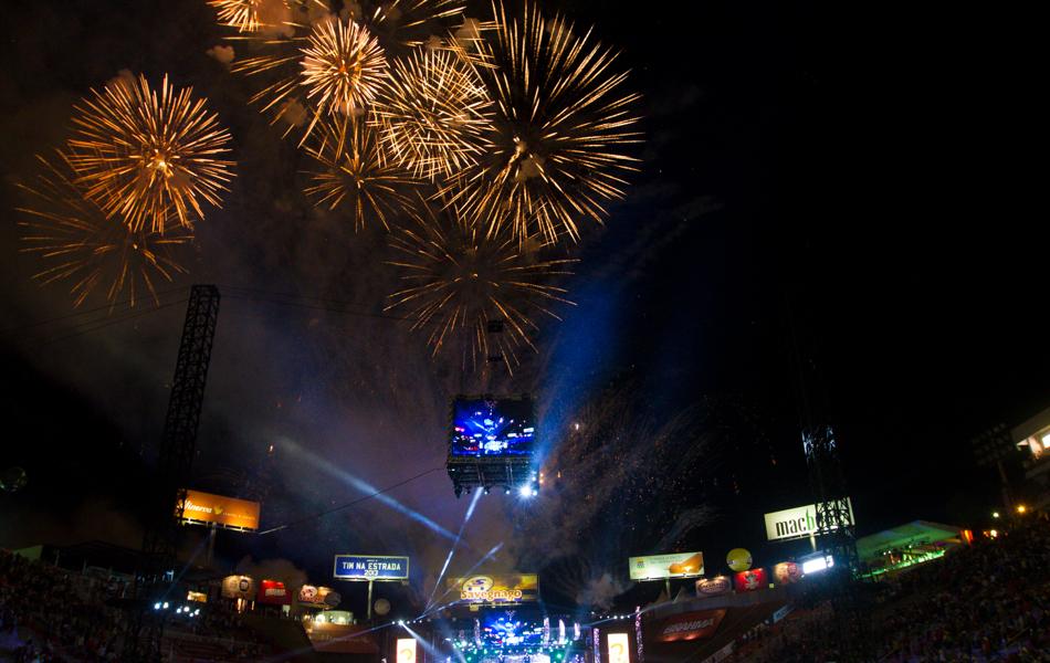 Domingo (25) - Arena de Barretos é iluminada por queima de fogos no encerramento da edição de 2013