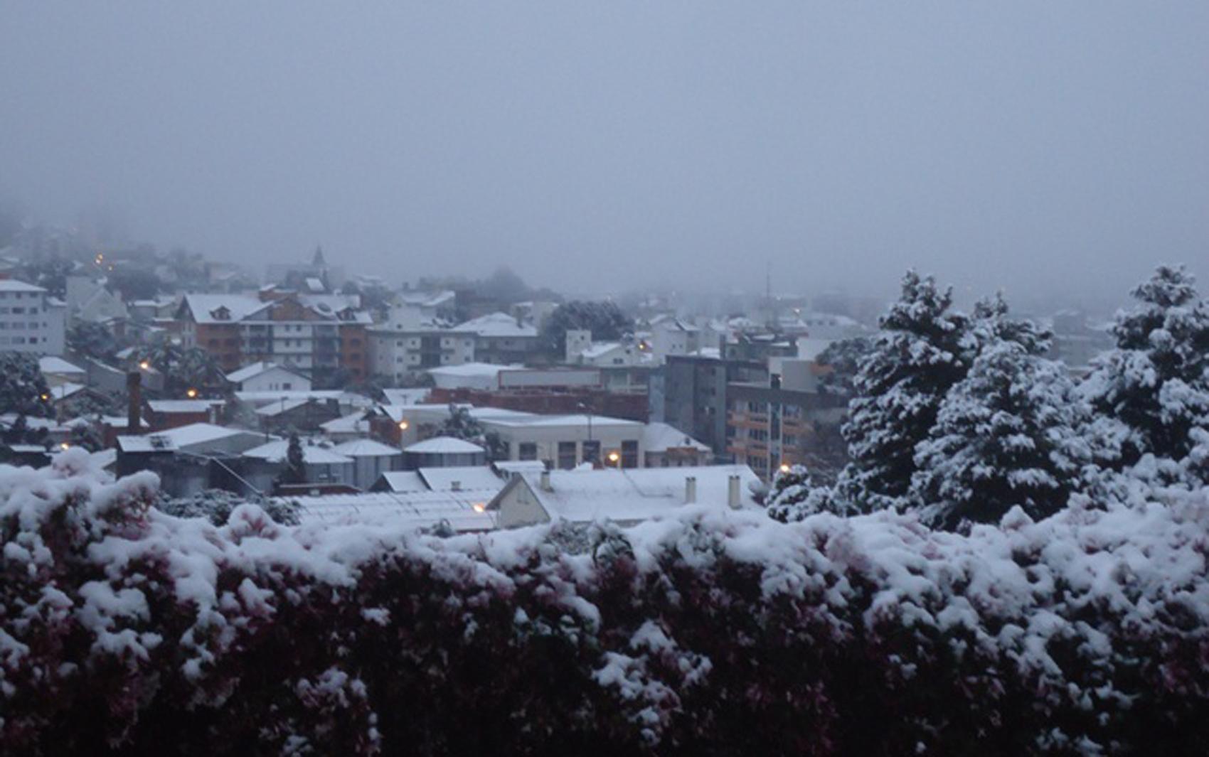 O leitor Everson Casagrande registrou o amanhecer gelado na cidade de Flores da Cunha, por volta das 6h40. 'O termômetro marcava 0°C, mas a sensação era de menos. Estava muito frio mesmo', diz.