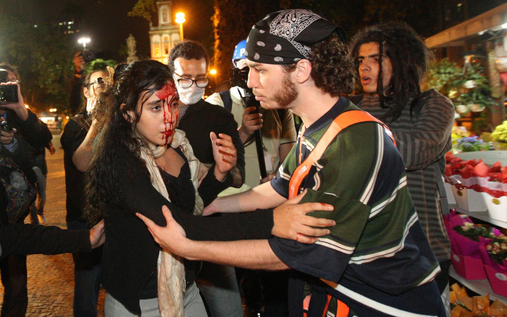 Mulher fica ferida em protesto no Rio de Janeiro.