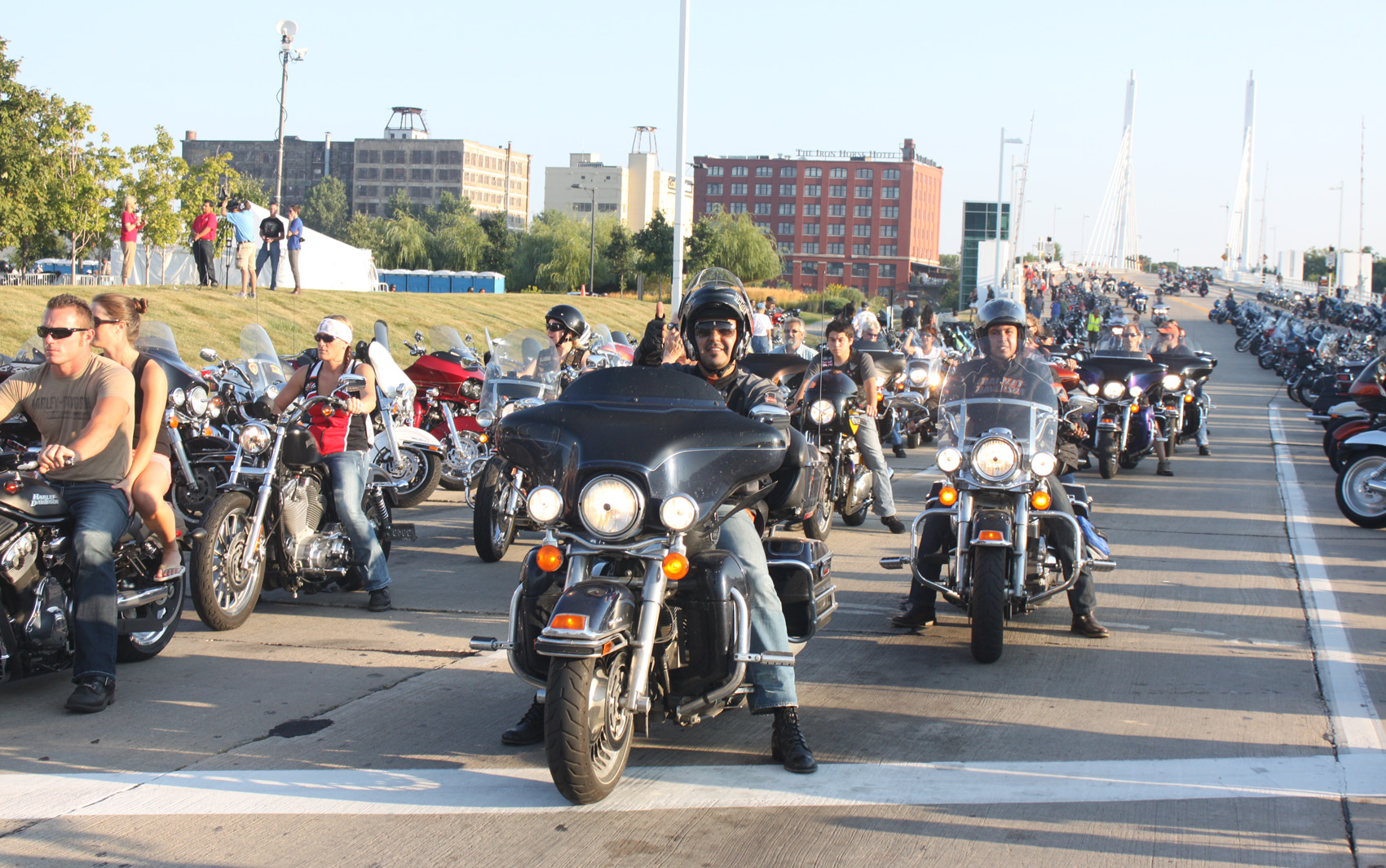 Motos tomam as ruas de Milwaukee para a celebração de 110 anos da Harley-Davidson