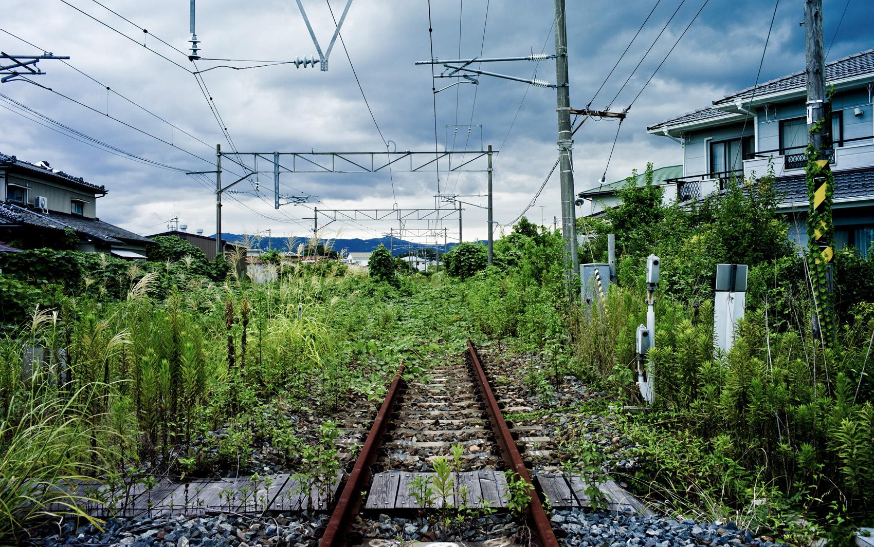 Linha de trem abandonada em uma área contaminada após o terremoto de 2011 que danificou a usina nuclear de Fukushima, em Namie, Japão.