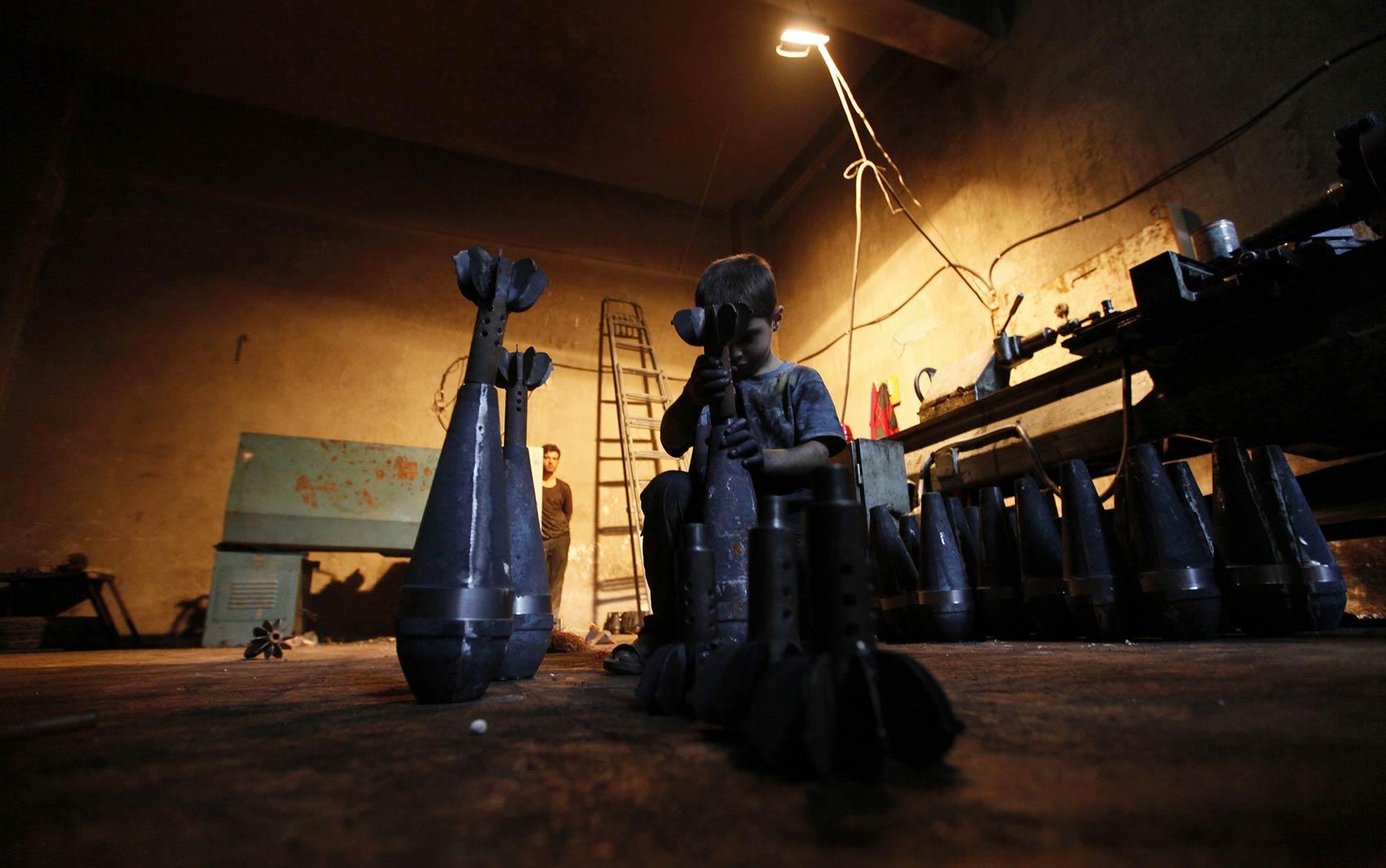 Em uma fábrica que fornece armamentos apra o Exército Livre da Síria em Aleppo, um jovem funcionário chama atenção preparando bombas e morteiros. Aos 10 anos, o jovem Issa ajuda seu pai na fábrica trabalhando 10 horas por dia, folgando apenas às sextas.