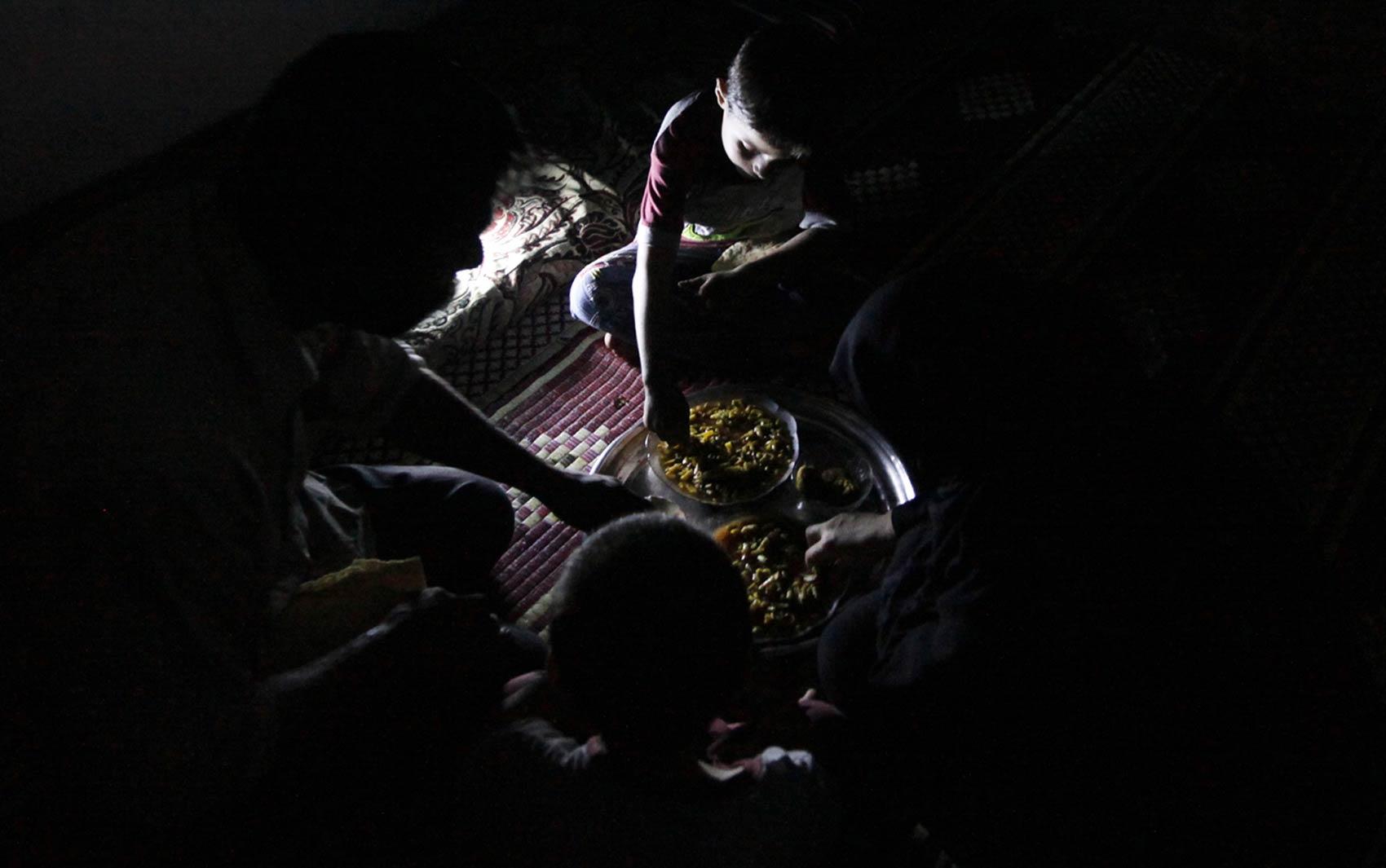 Aos 10 anos, o jovem Issa ajuda seu pai na fábrica trabalhando 10 horas por dia, folgando apenas às sextas. É comum que eles tenham refeições em família dentro da própria fábrica.
