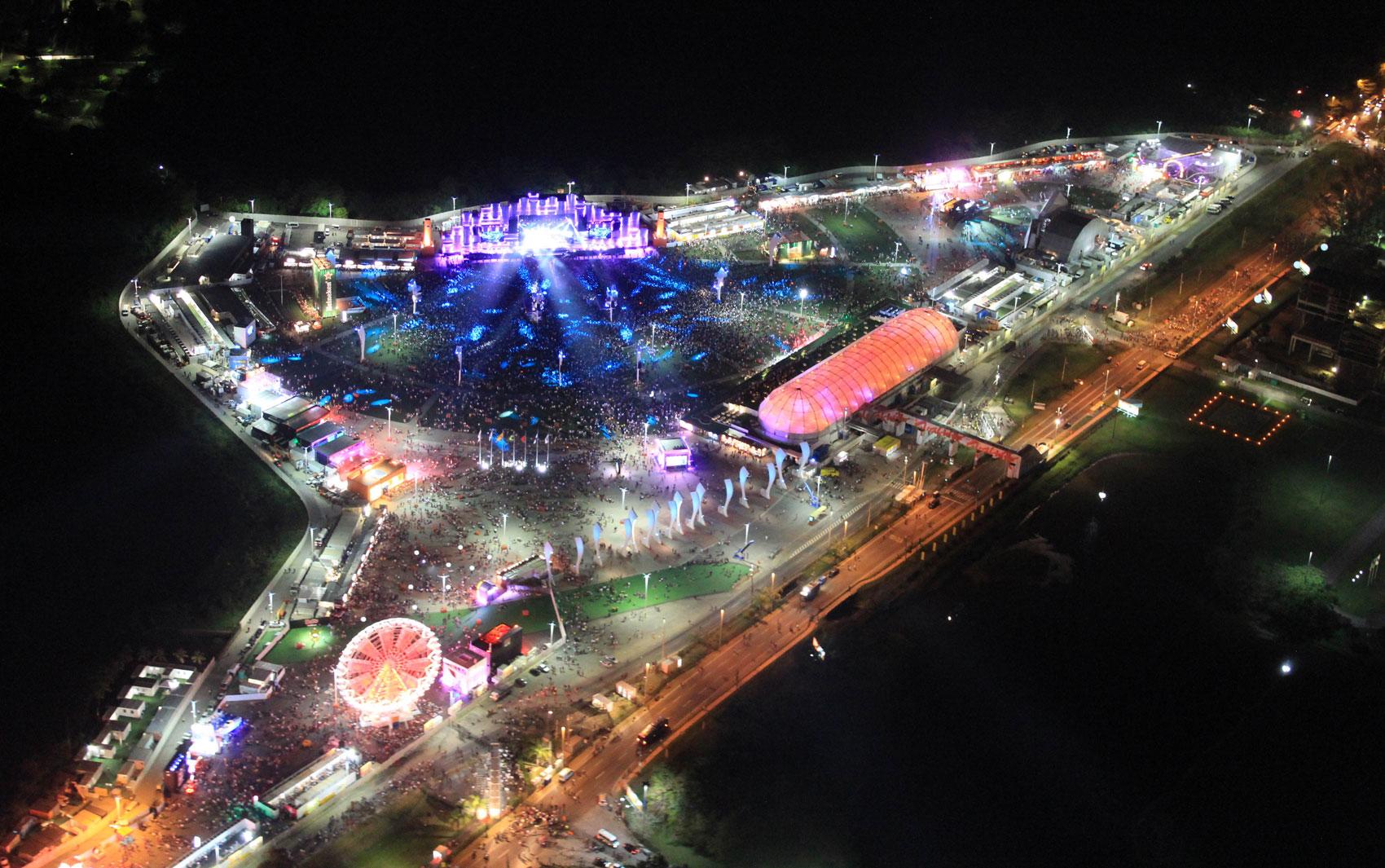DIA 1 - Cidade do Rock é vista colorida do alto durante a primeira noite do Rock in Rio 2013, na Barra da Tijuca, na Zona Oeste do Rio de Janeiro