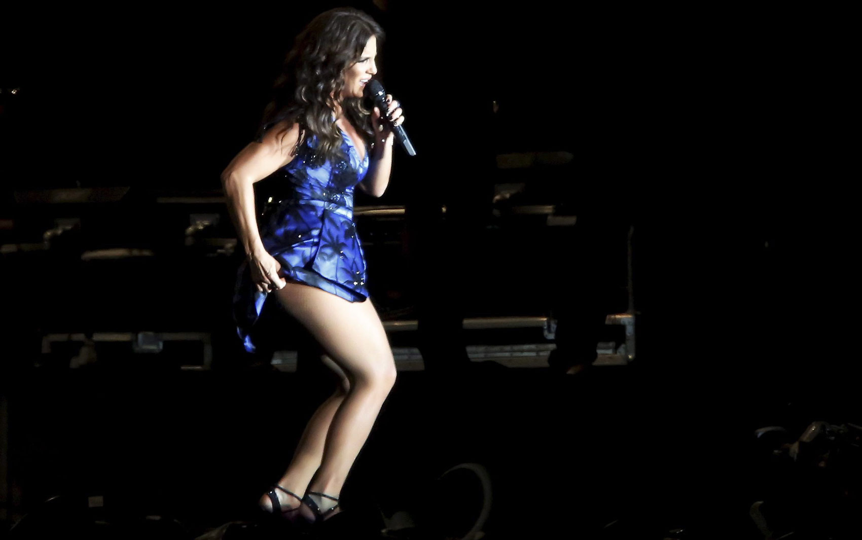 Incomodada com o vestido, Ivete Sangalo ajeita a roupa durante apresentação no Rock in Rio 2013