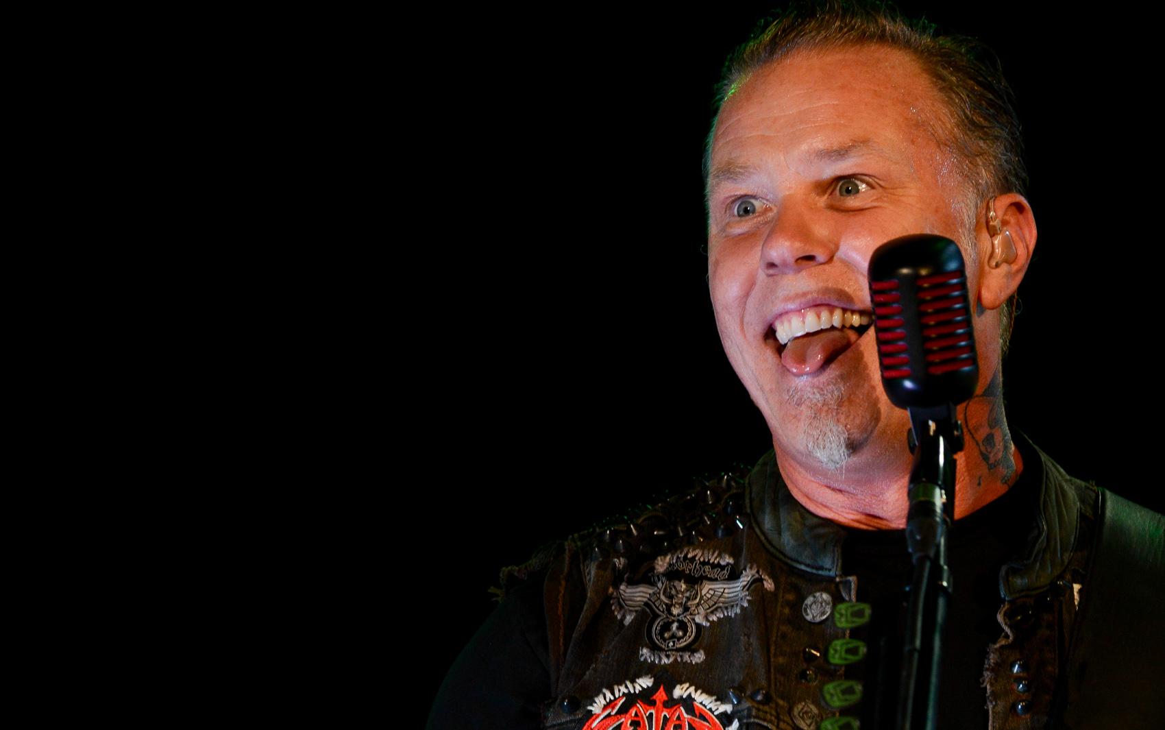 Hetfield, do Metallica, conta ao público que chegou ao Rock in Rio a tempo de assistir ao show do Ghost B.C. e que também gostou da apresentação do Alice in Chains.