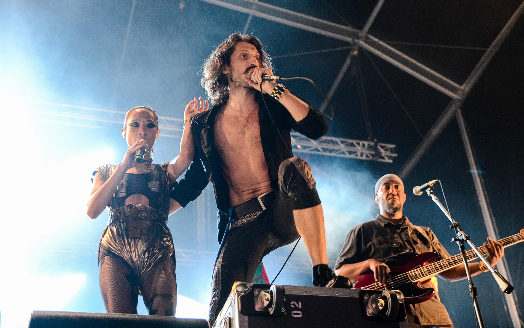 Banda Gogol Bordello, de estilo 'gypsy punk', se apresenta no Palco Sunset neste sábado (21).
