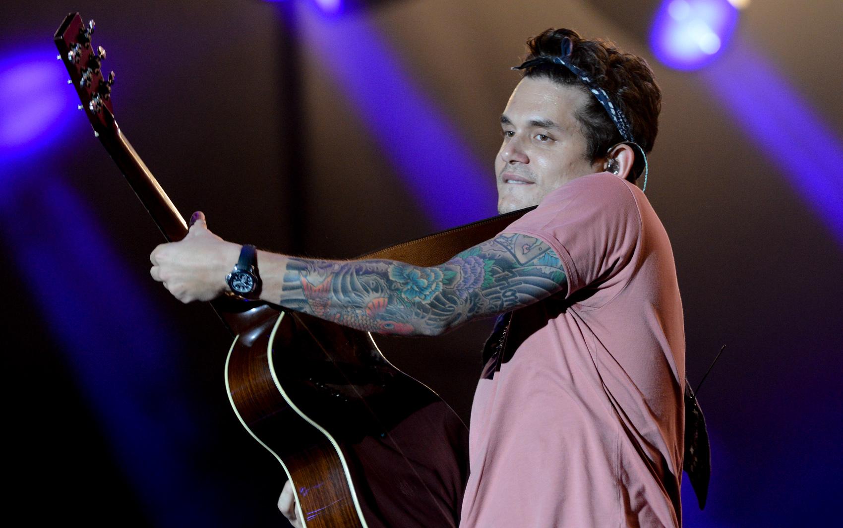 John Mayer faz o terceiro show deste sábado (21) no Palco Mundo. O cantor abre o show com 'No such thing'.
