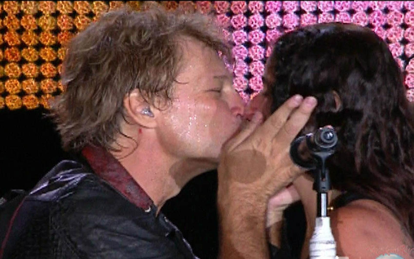 Jon Bon Jovi beijou uma fã durante o show do Bon Jovi no Rock in Rio: o cantor atendeu ao pedido que a fã expressou em uma faixa, chamando ela para o palco e dando dois selinhos.