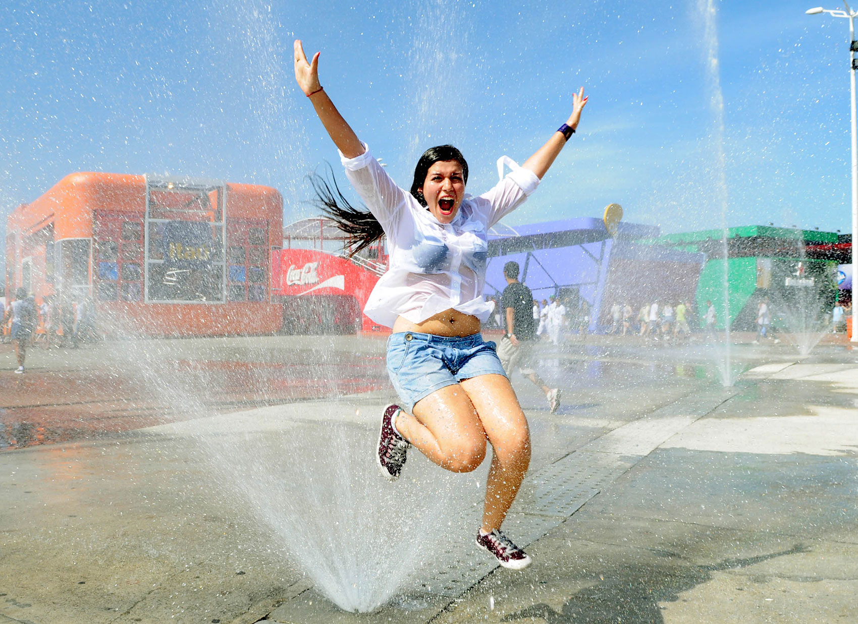 Jovem se refresca no chafariz do Rock in Rio no 6º dia de shows do festival