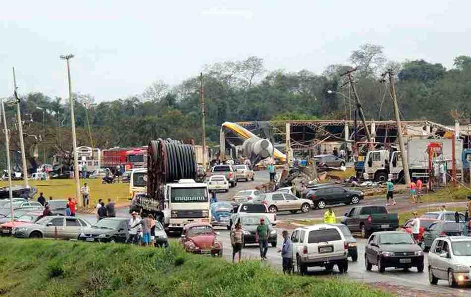 Vendaval deste domingo (22) deixou rastro de destruição em Taquarituba